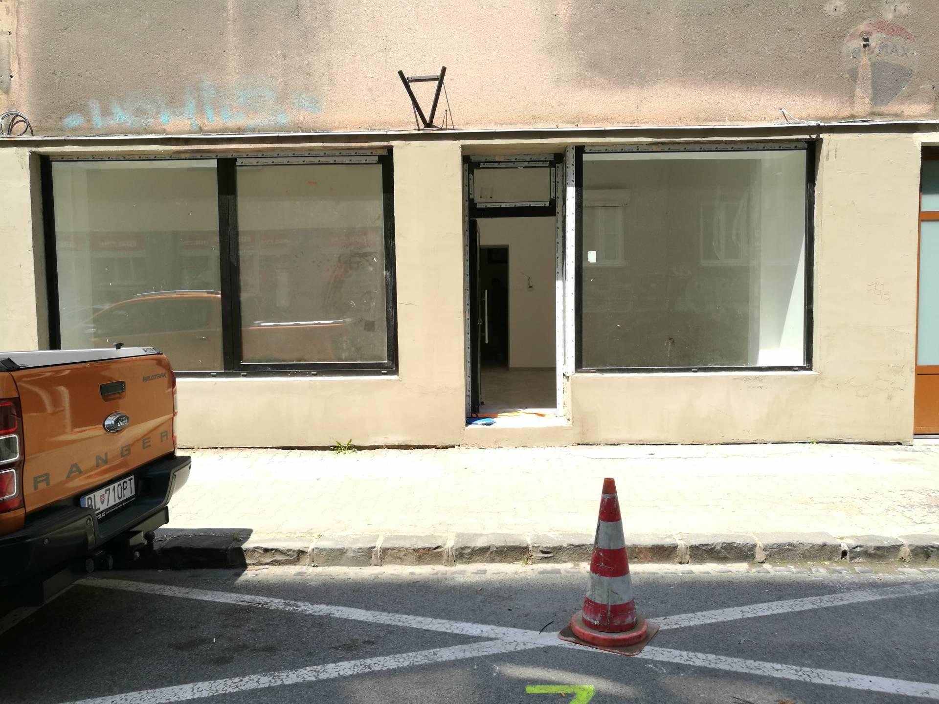 PRENÁJOM/FOR RENT >> Zrekonštruovaný obchodný priestor v Starom meste