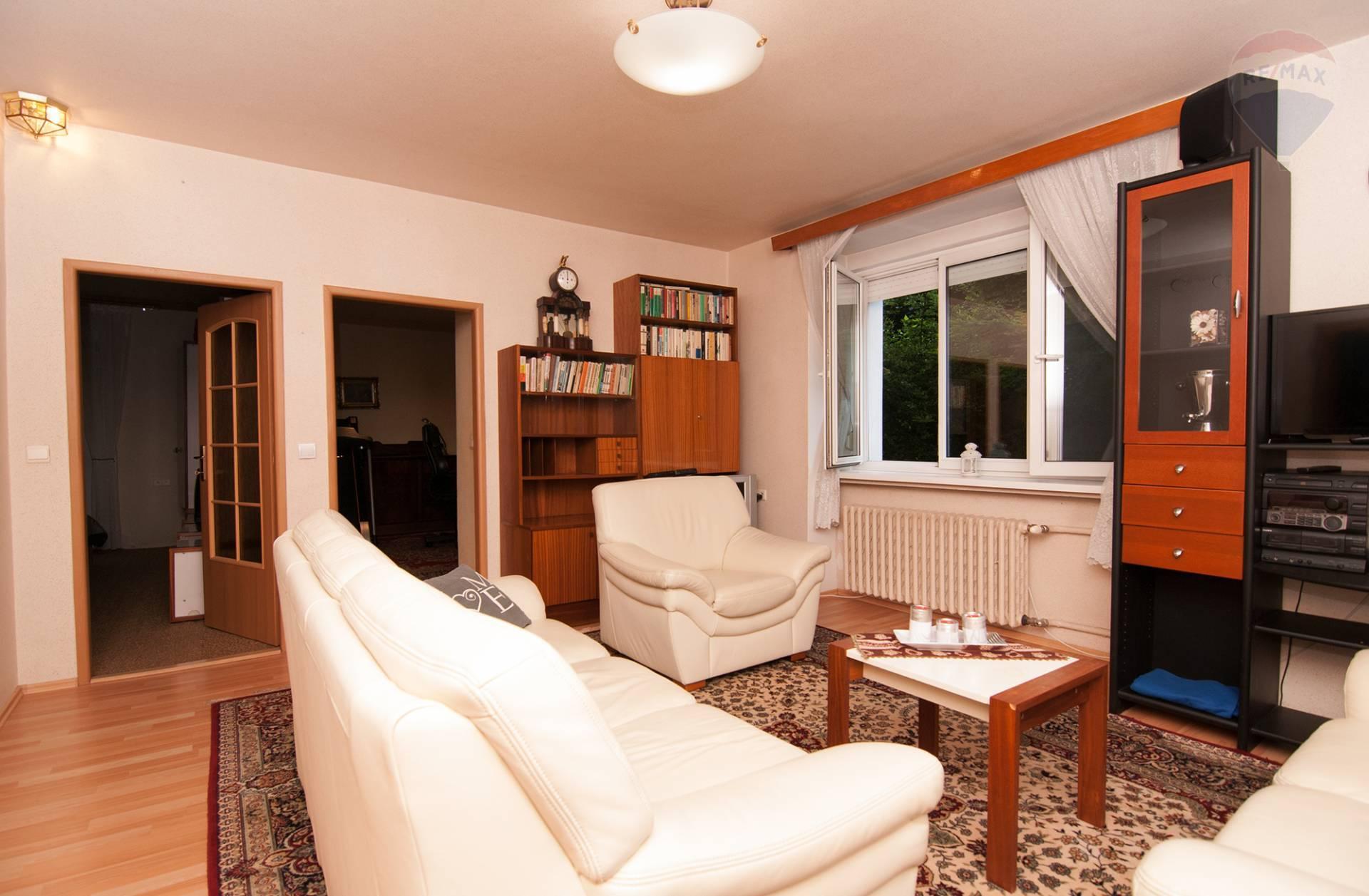 be527a55e6f80 ... Prenájom bytu (3 izbový) 68 m2, Bratislava - Staré Mesto - obývačka ...