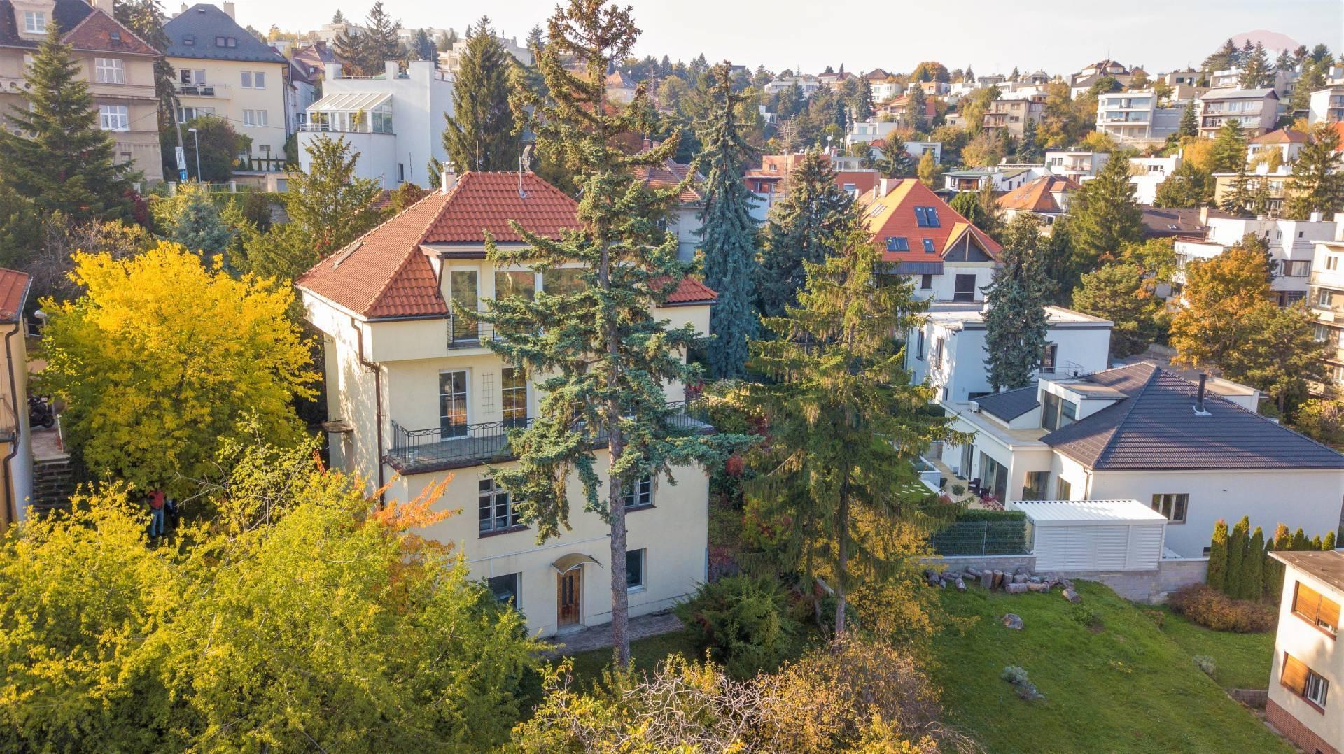 REZERVOVANÉ vila v atraktívnej lokalite s nádherným výhľadom a 3 bytovými jednotkami, Staré Mesto