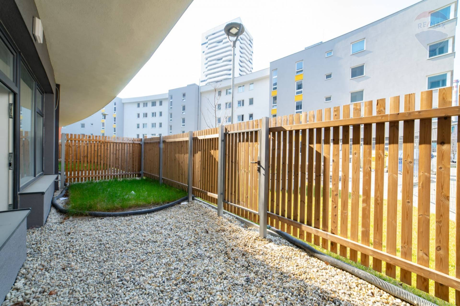 PREDAJ >> Novostavba 2izb. apartmánu s predzáhradkou a parkingom