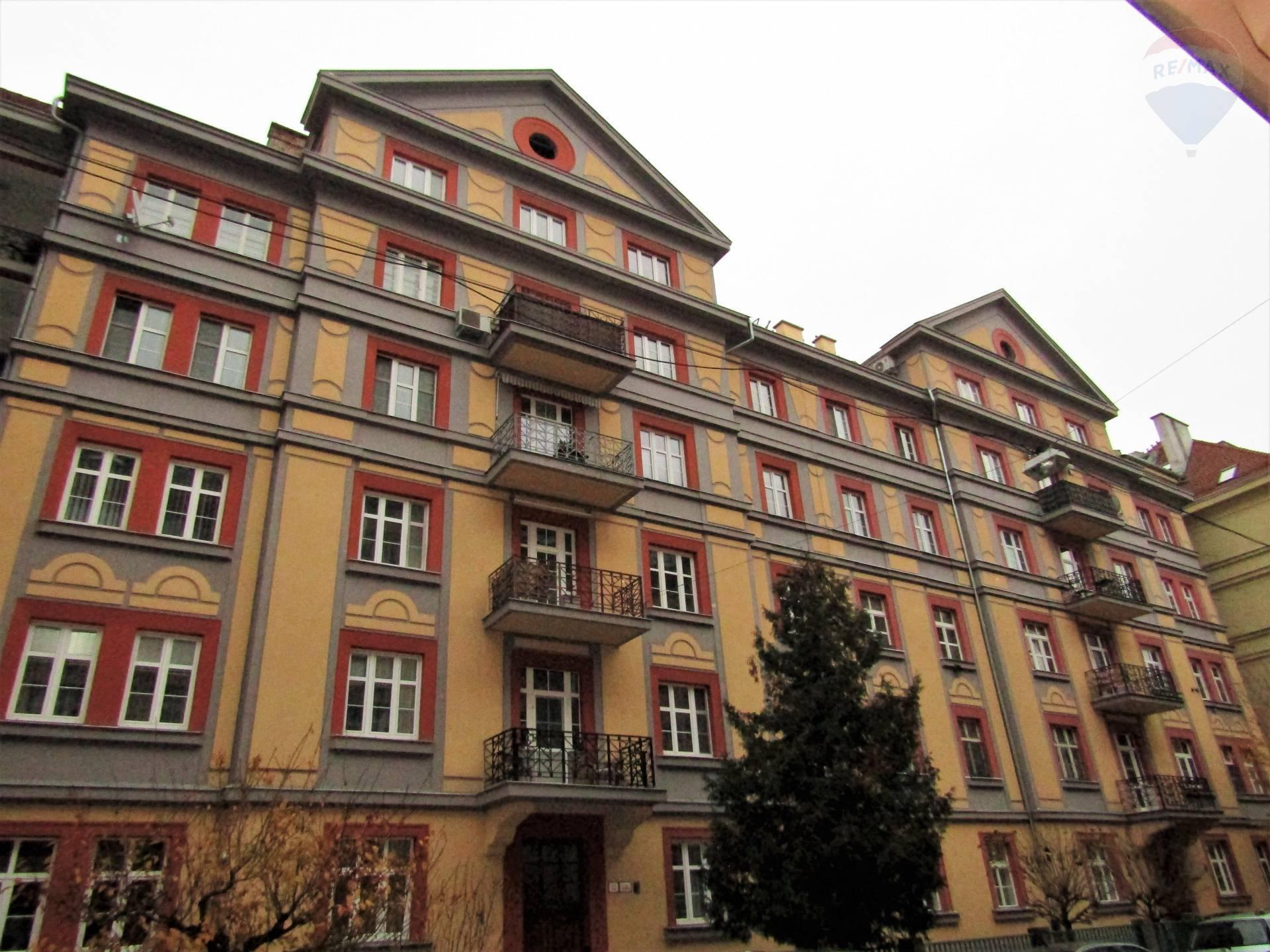Predaj 3,5 izbový byt, kompletná rekonštrukcia, loggia, balkón, pivnica, atraktívna lokalita BA I