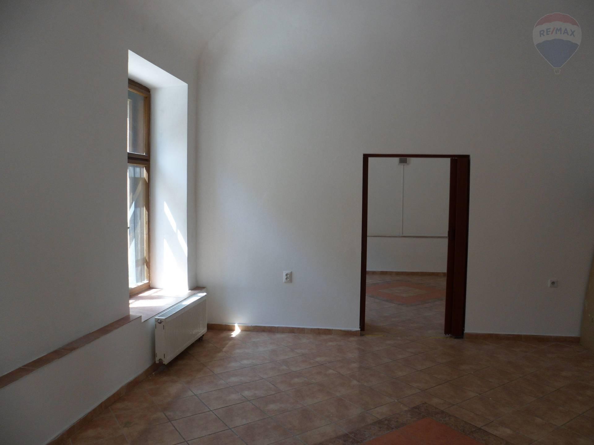 Prenájom komerčného objektu 700 m2, Nitra -