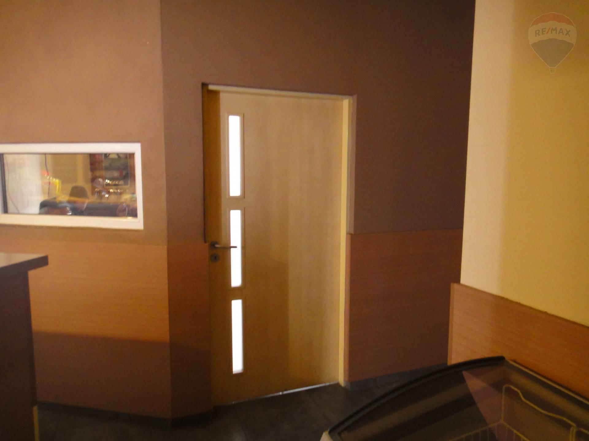 Predaj komerčného priestoru 754 m2, Horný Pial - vstup do fajčiarskej miestnosti