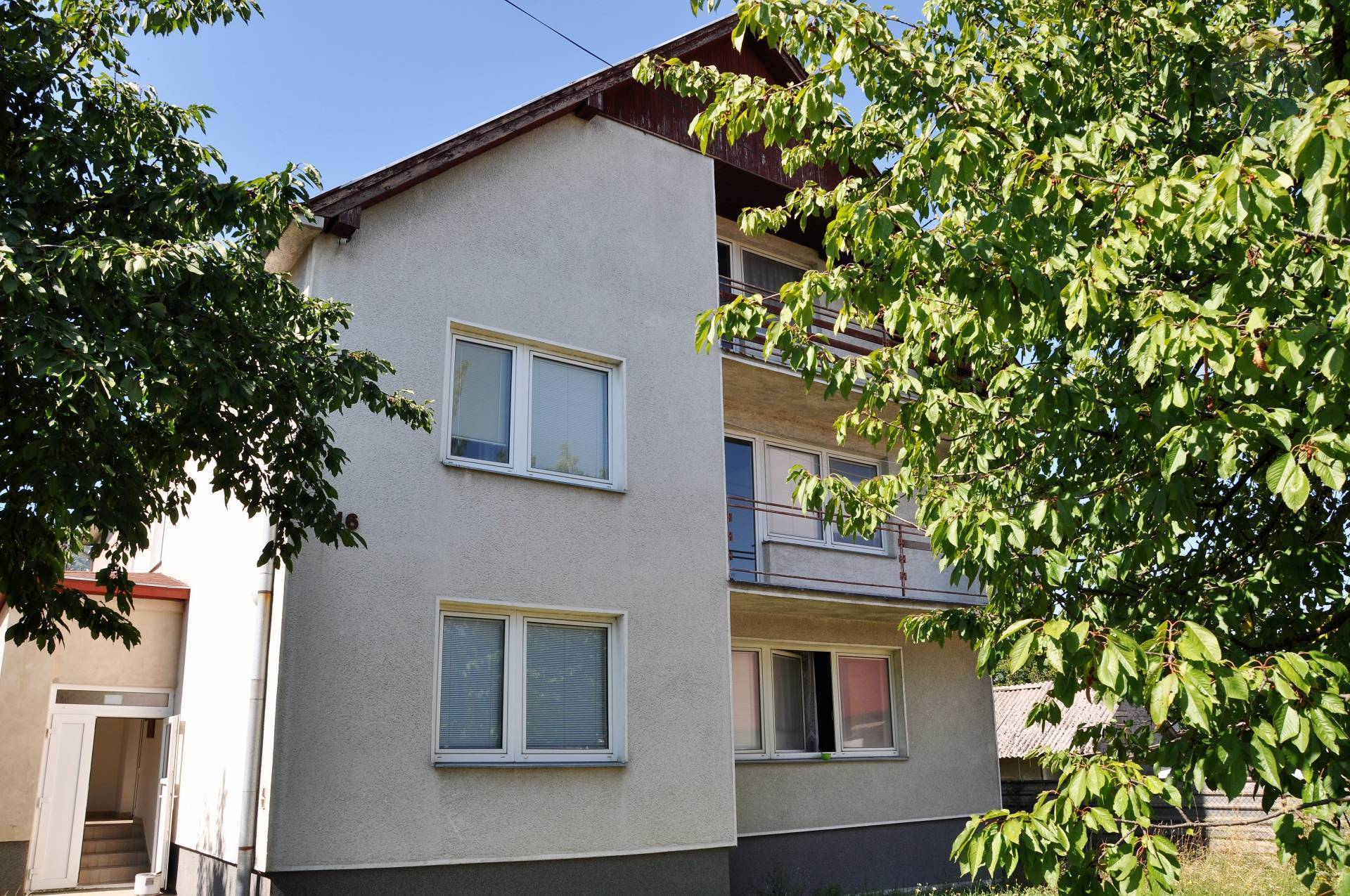 Predaj dom, využívaný ako ubytovňa v obci Žirany.
