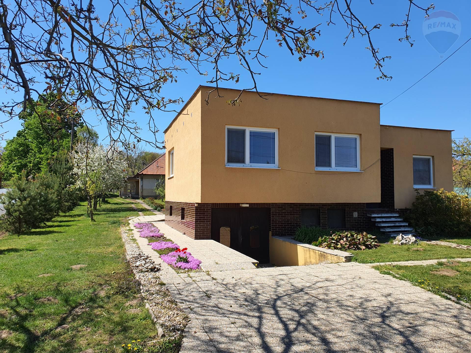 Rodinný dom na pozemku 3821 m2, Veľký Kýr