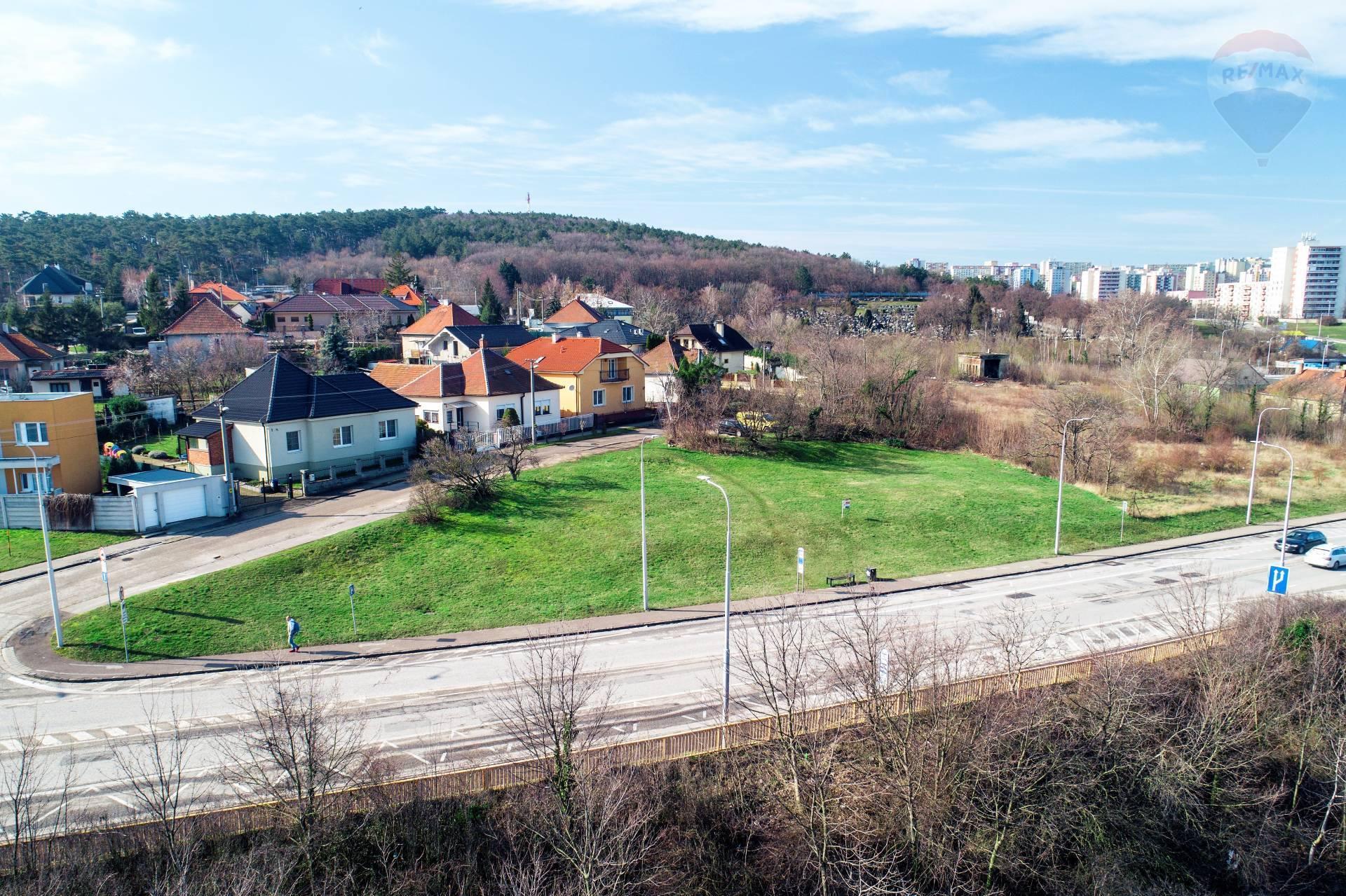 Realitná kancelária REMAX ponúka na predaj lukratívny komerčný stavebný pozemok v meste Nitra.