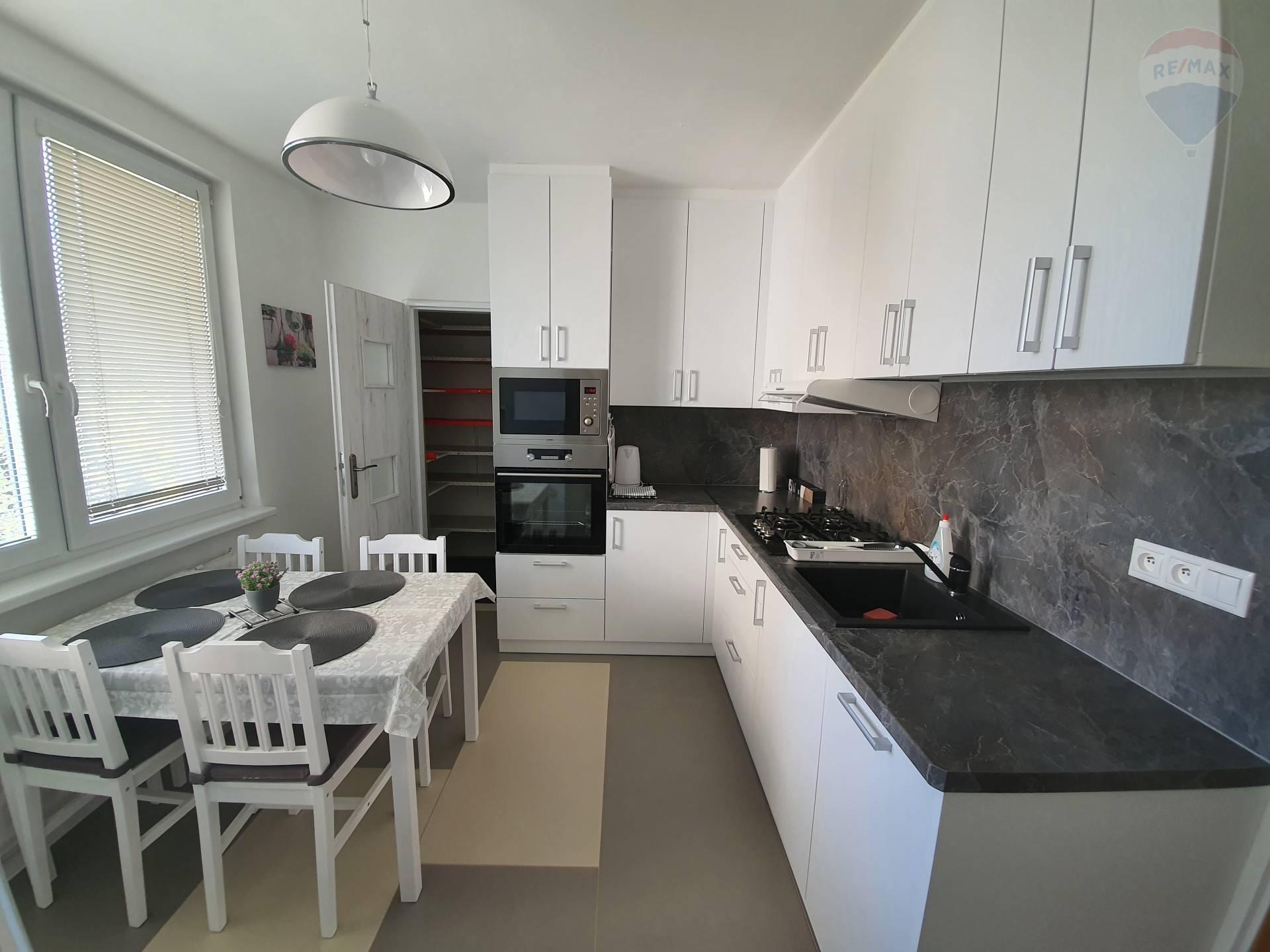 Prenajmeme 4-izbový byt v NR – Ďurčanského, komplet výbava, voľný ihneď