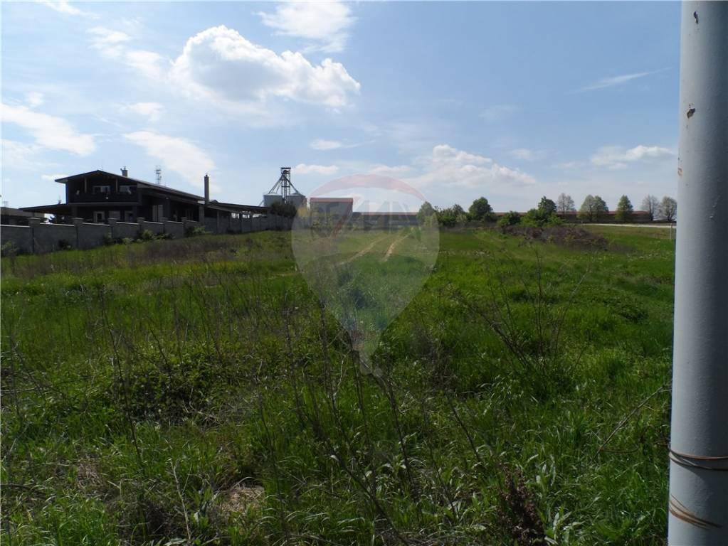 Predaj pozemku 5083 m2, Tovarníky - Ponúkame na predaj stavebný pozemok pre komerčný účel v obci územne spojenej s okresným mestom Topoľčany. Nachádza na výjazde z Topoľčian do Piešťan a Hlohovca. Susedný pozemok od hlavnej cesty je už