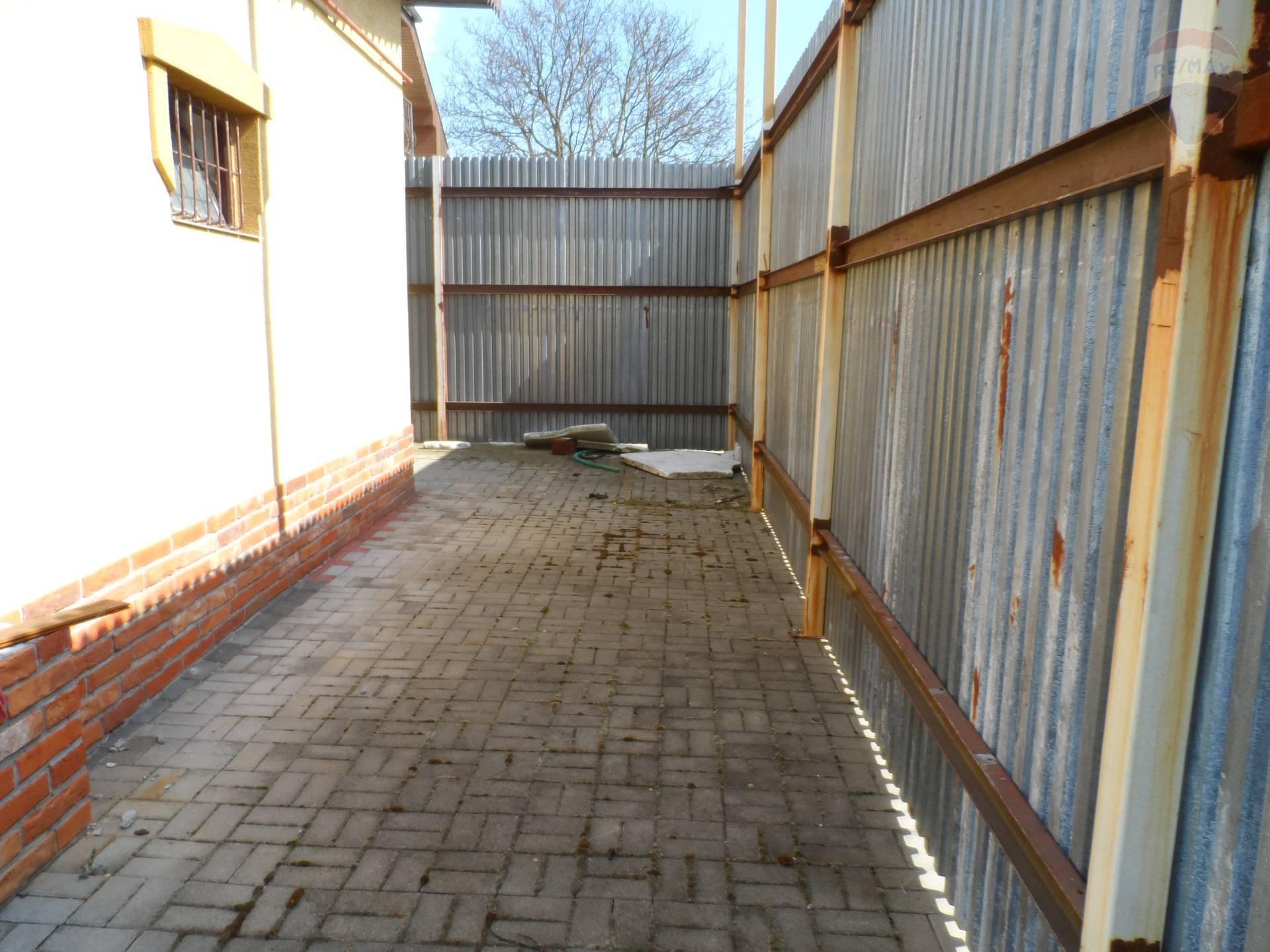 Predaj komerčného objektu 480 m2, Nemčice - Realitná kancelária RE/MAX ponúka na predaj výrobno-skladovací objekt, s možnosťou viacúčelového využitia. Celková výmera pozemku je cca 1000m2, úžitková plocha haly je 480m2. Podlahy sú keramické, s