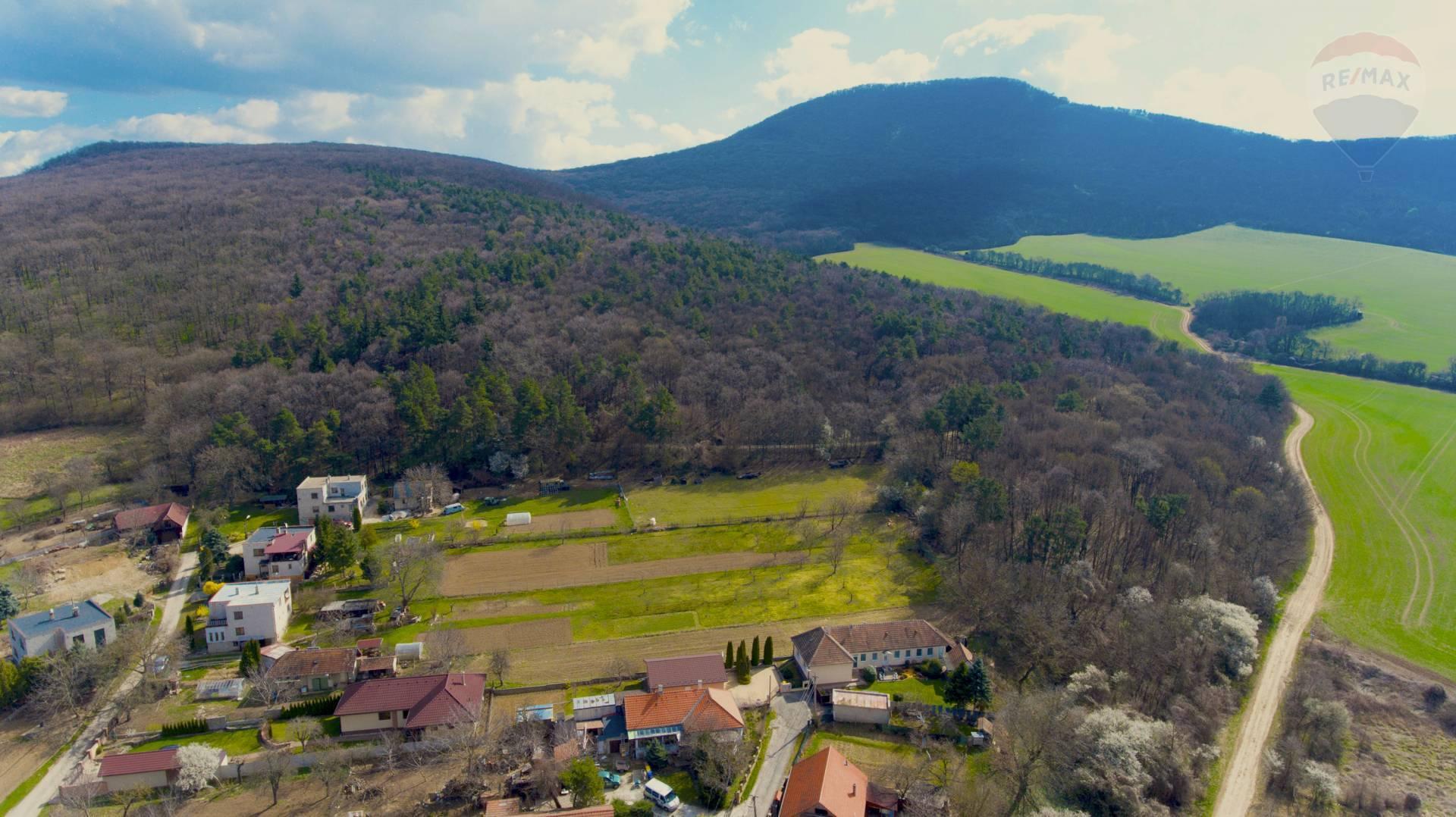 Na predaj - pozemok s chalupou a priamym prístupom do lesa, - Podhorany, časť Mechenice