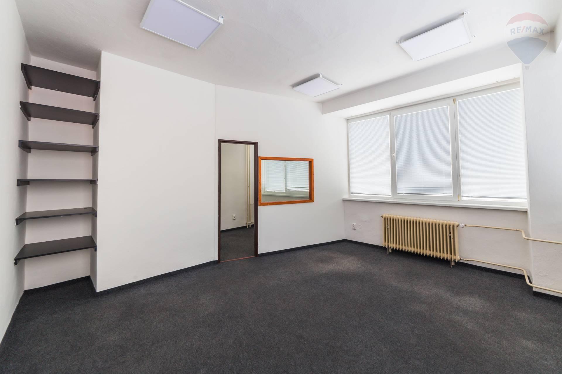 Ponúkame na prenájom kancelárske priestory na Zvolenskej ceste v Banskej Bystrici. 90 m2
