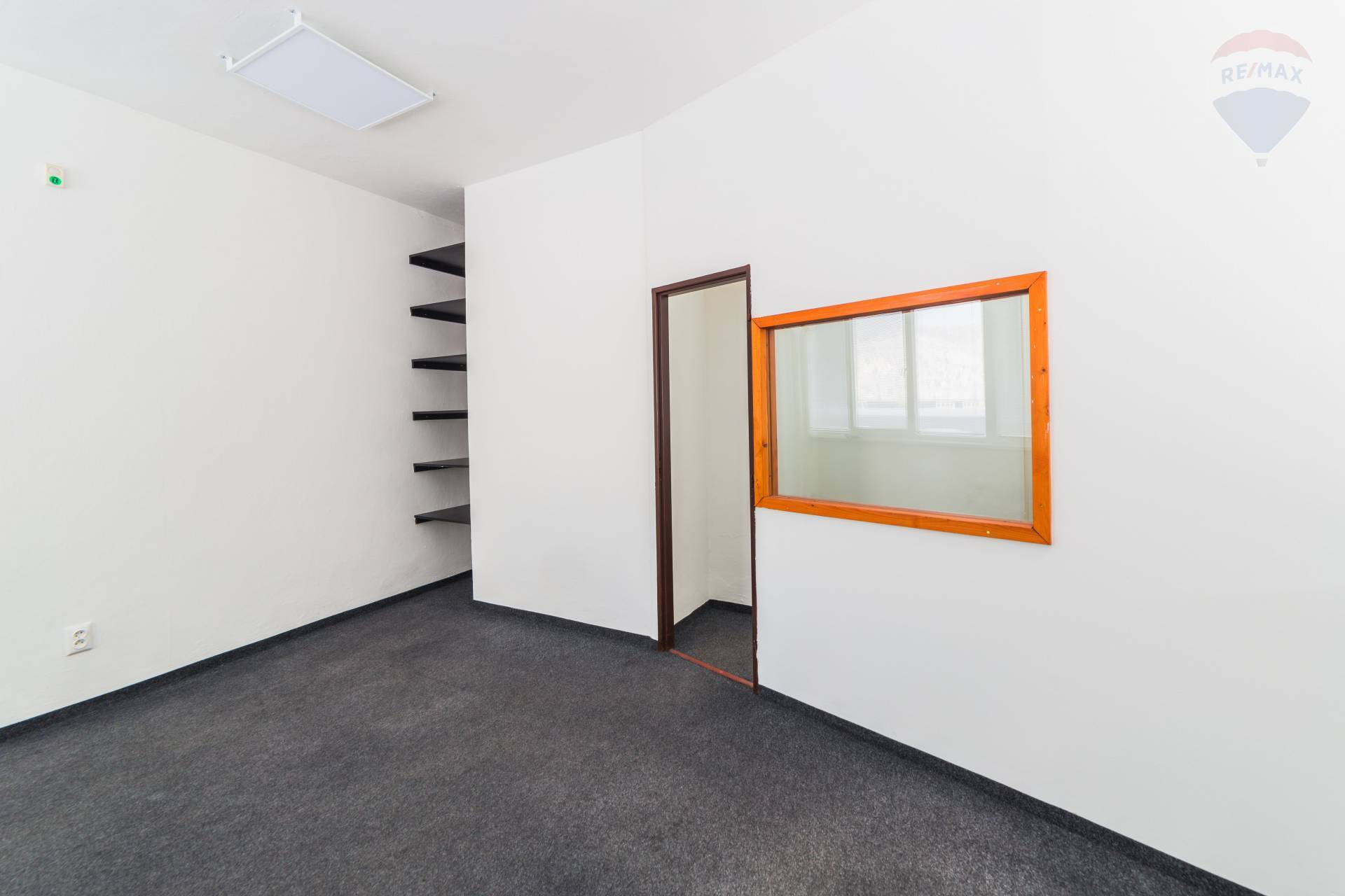 Ponúkame na prenájom kancelársky priestor na Zvolenskej ceste v Banskej Bystrici. 31 m2