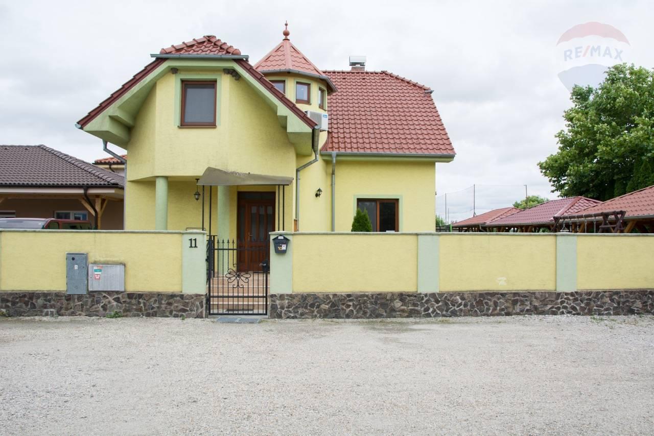Na predaj rodinný dom, 2 apartmány, pozemok, Veľký Meder