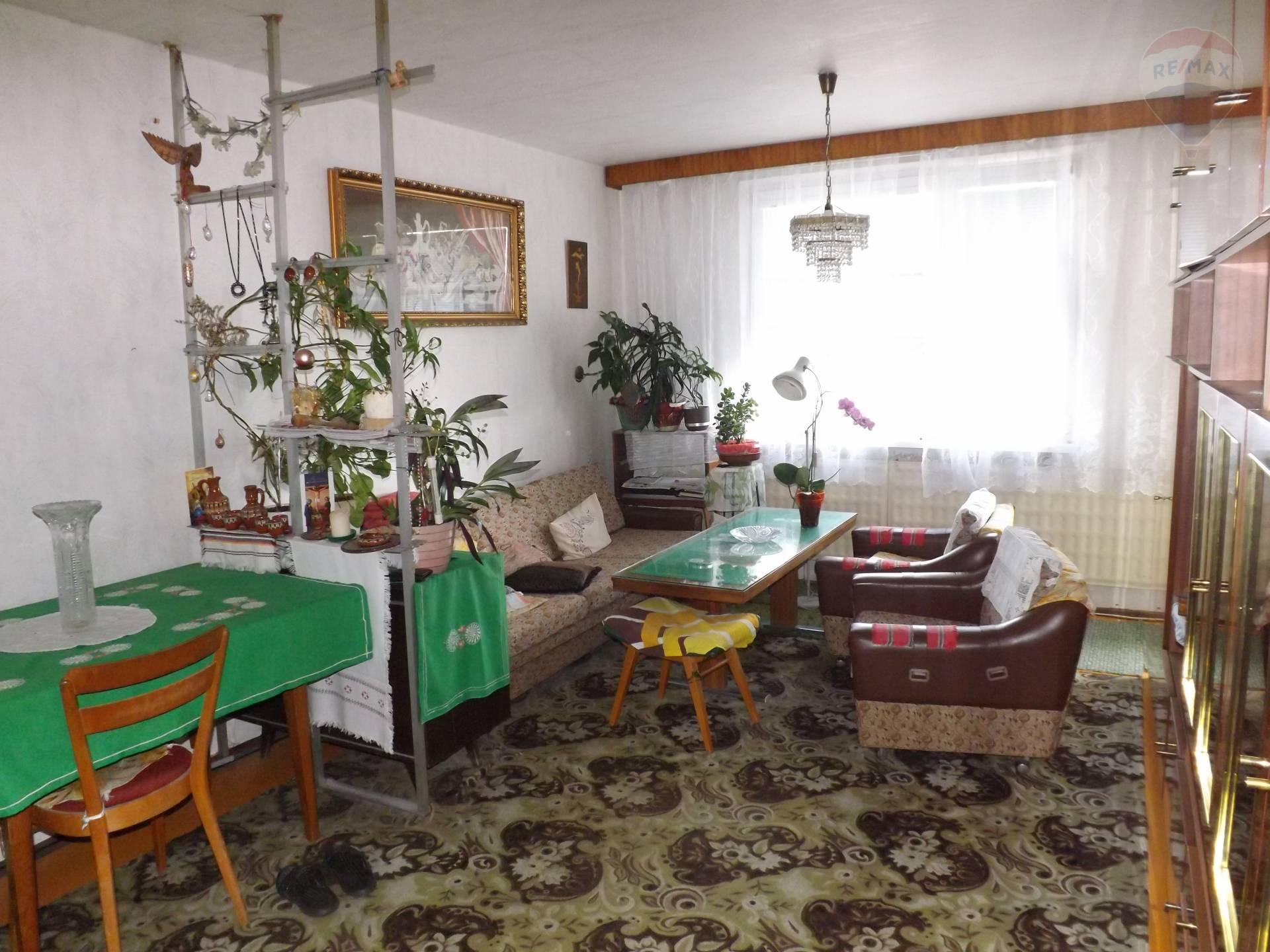 Na predaj 3 izbový byt, 66 m2, loggia, pôvodný stav, sídl.M.Corvína, Veľký Meder