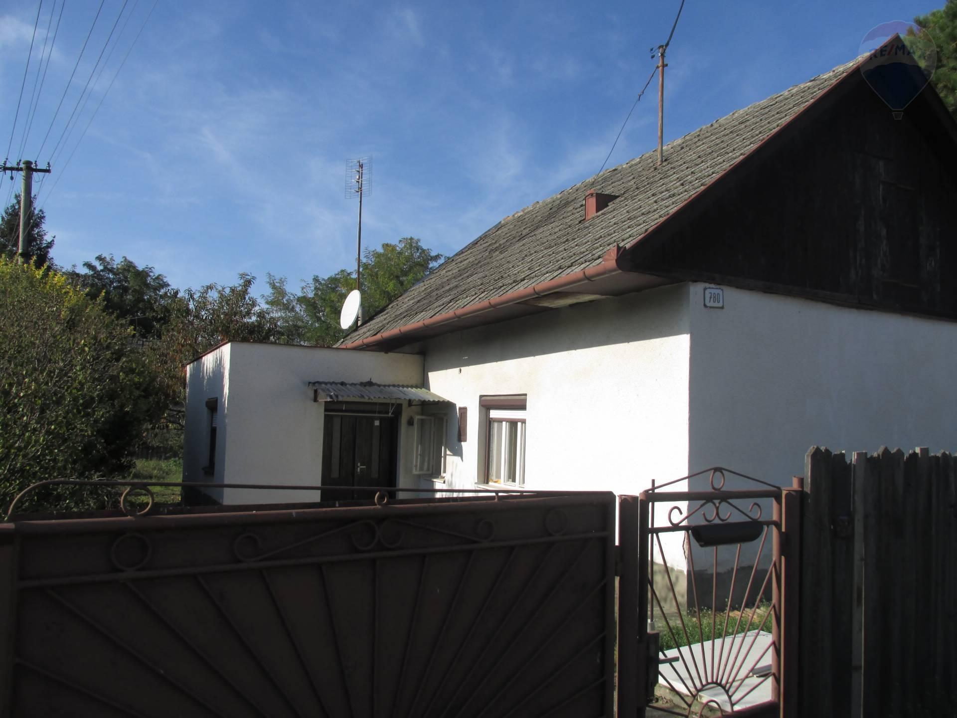 Predaj: Starší rodinný dom v tichej lokalite vo Vlčanoch v b
