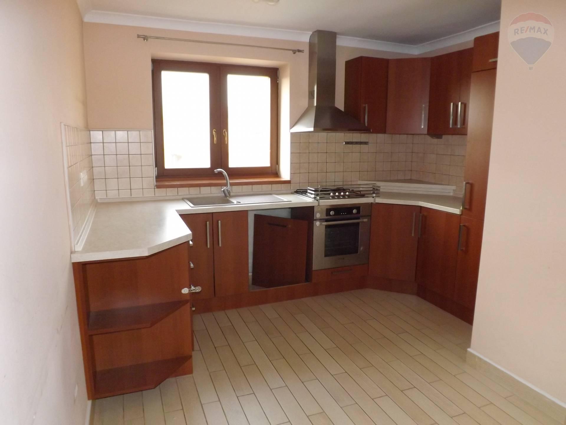 Na predaj 3 izbový byt, 85,52 m2, kompletná rekonštrukcia, pozemok, záhrada, Veľký Meder