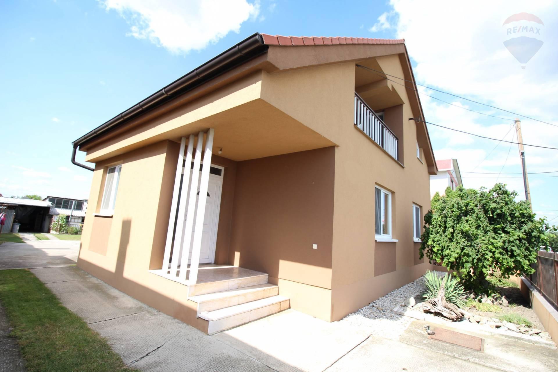 Predaj: priestranný 5 izbový rodinný dom, dvojgeneračný,garáž,tichej kludnej uličke,Jahodná,okres DS