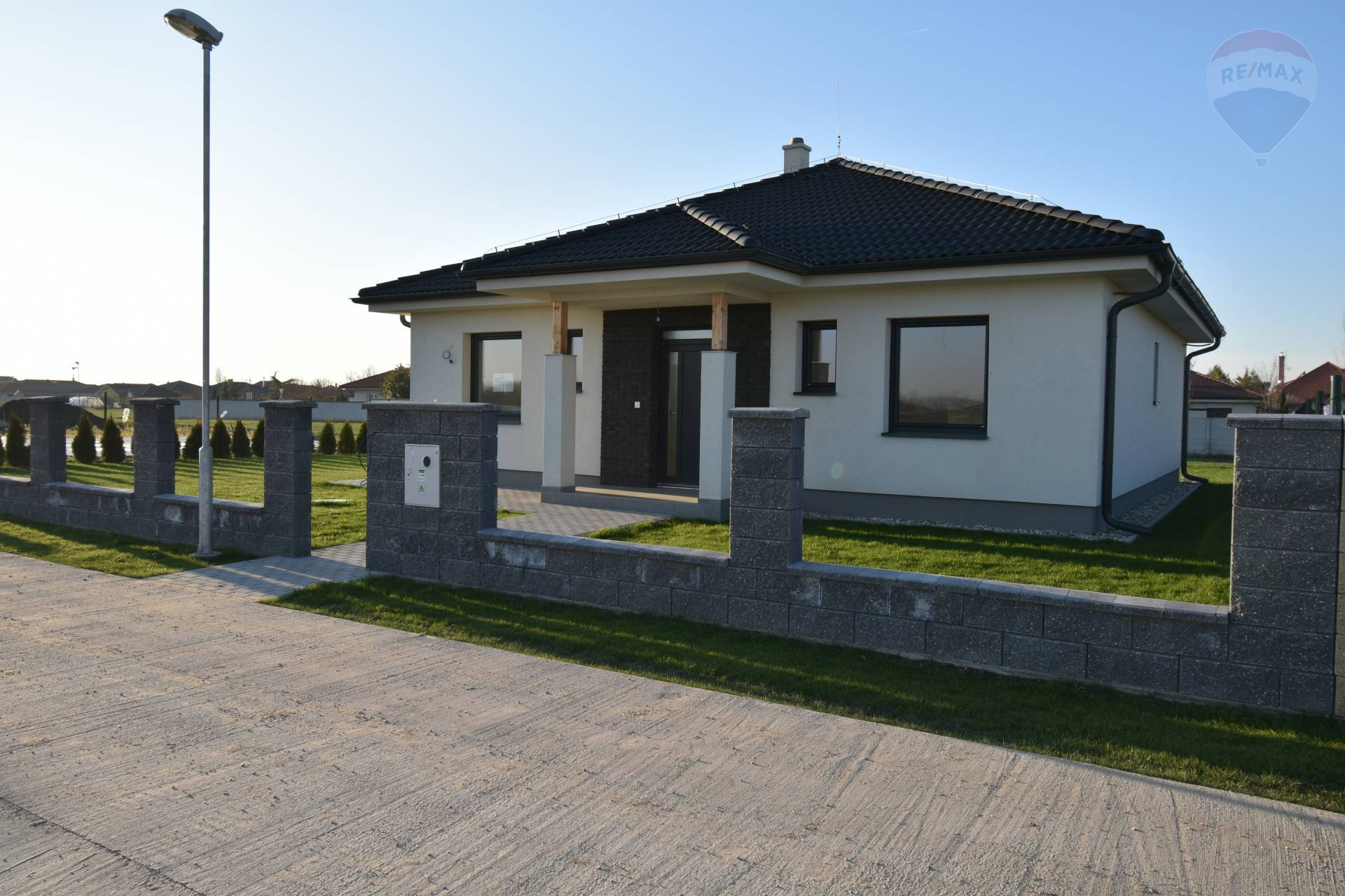 Predaj: SKOLAUDOVANÝ rodinný dom, Kútniky, 4 izby, novostavba, pozemok 565 m2, holodom