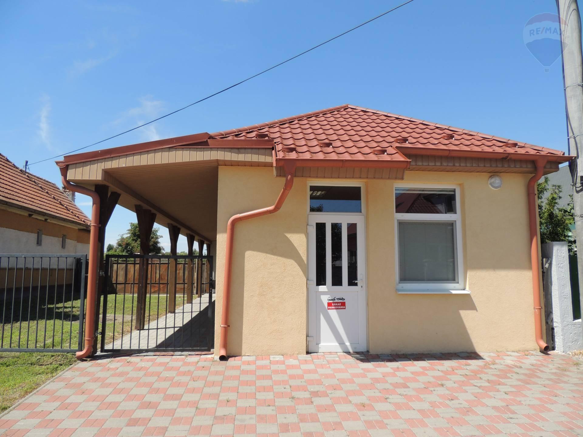 Na predaj:10 ročná budova + starší rodinný dom + 29 árový pozemok, Baka