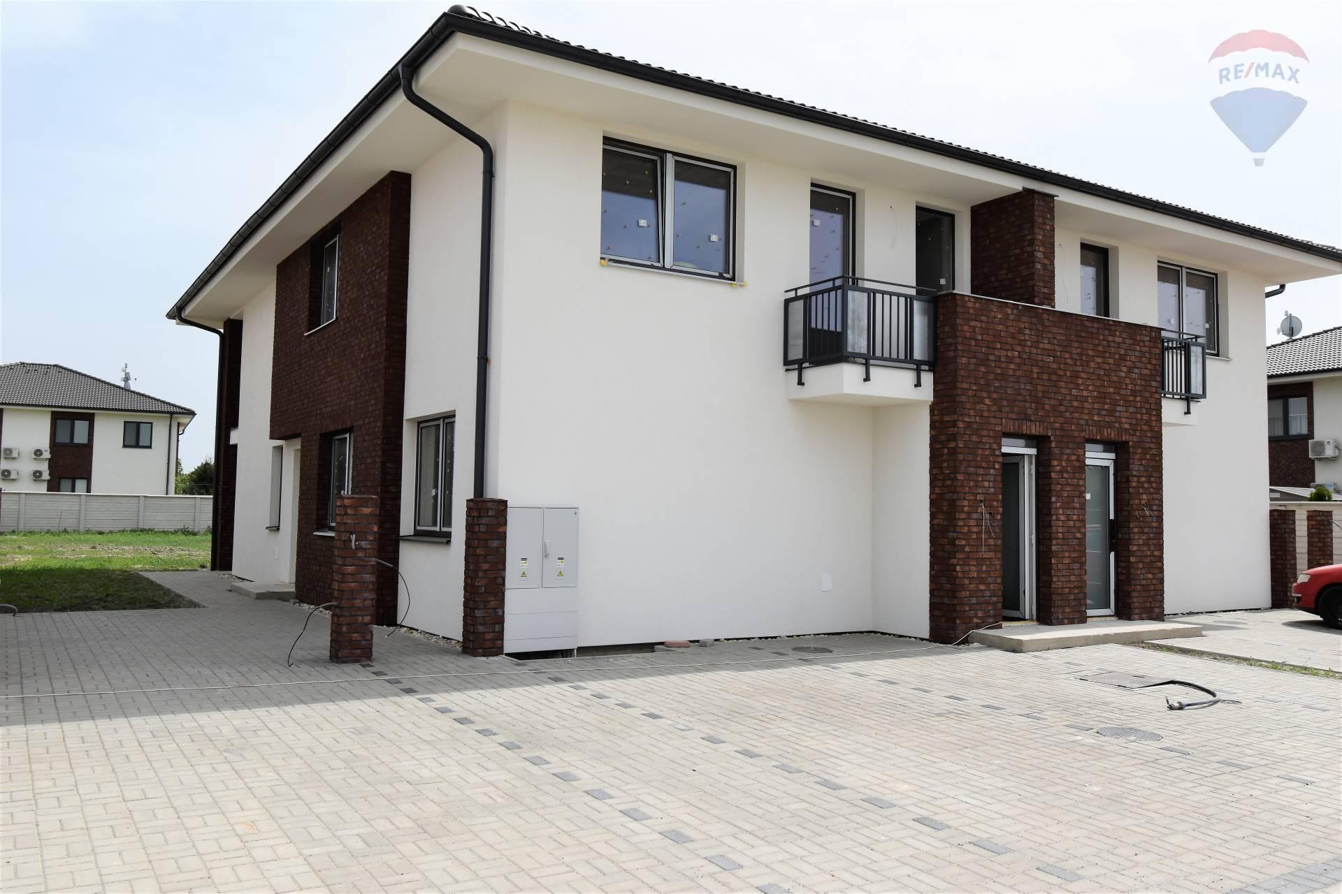 Na predaj: 3 izbový byt s pozemkom a vlastným parkoviskom, Dunajská Streda
