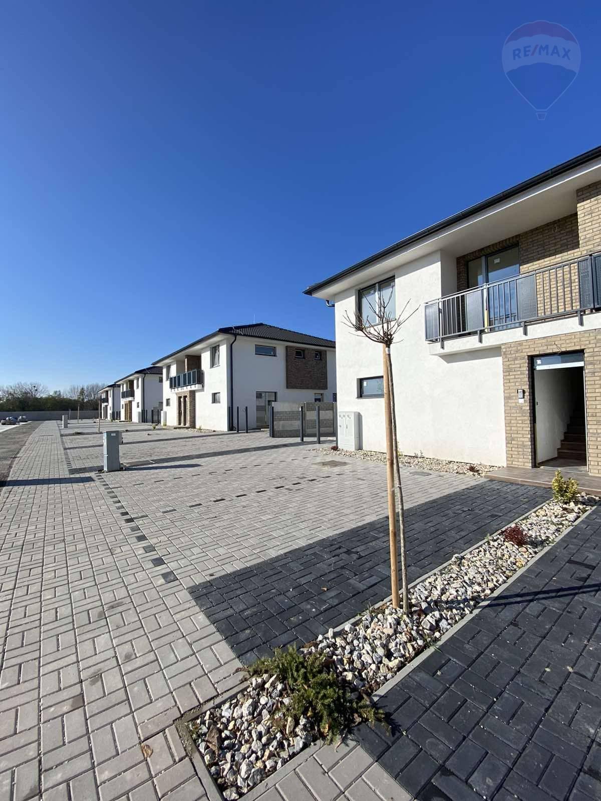Na predaj: ZÁPAD - 3 izbový DOLNÝ byt so záhradkou, Dunajská Streda,
