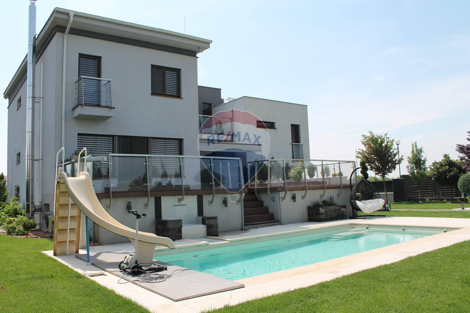 PREDAJ Rodinného domu, garáž, bazén, pozemok 1214 m2, Štvrtok na ostrove.
