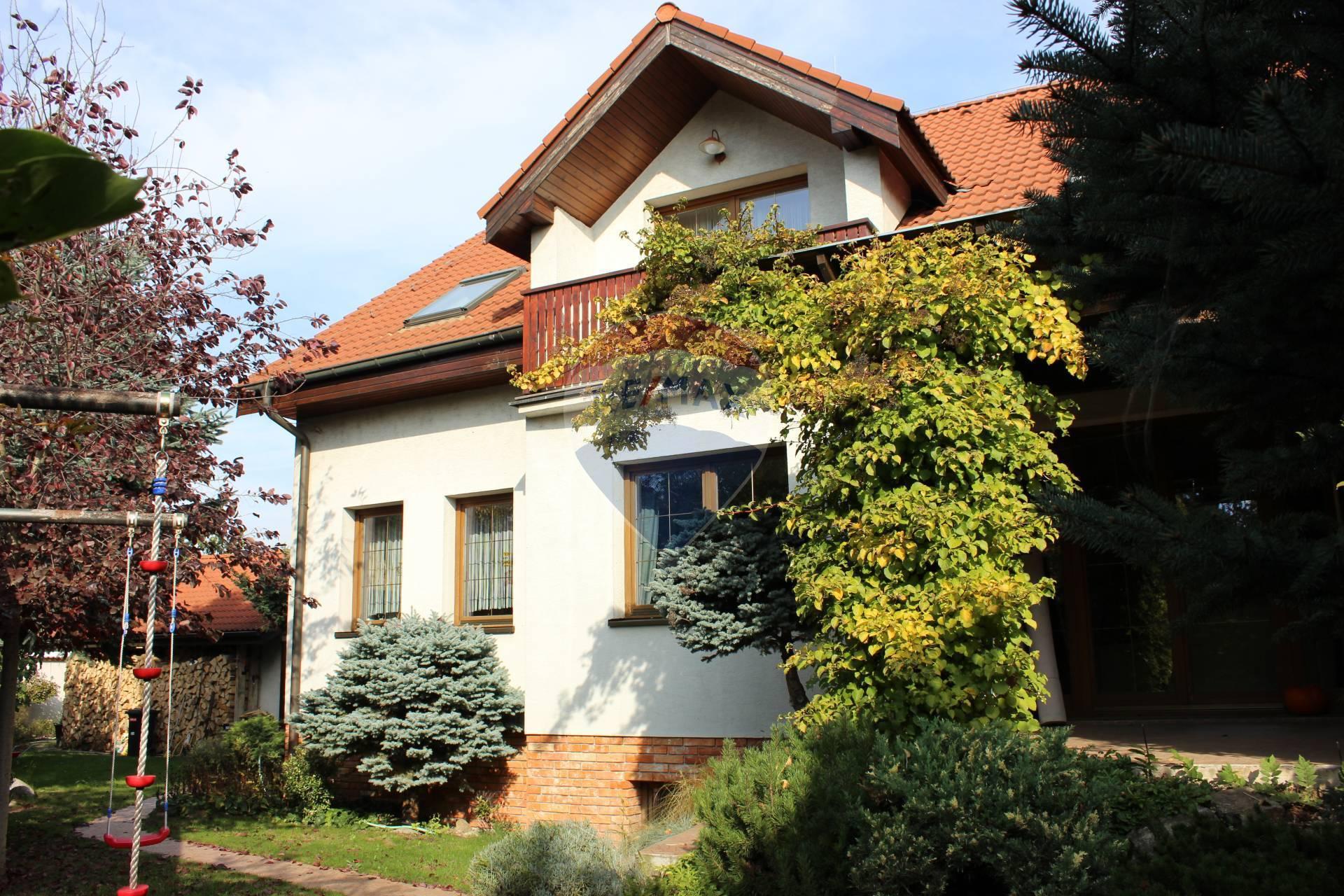 PREDAJ: 5 izb. RD, pozemok 559 m2, dvojgaráž, J. Smreka, Senec.