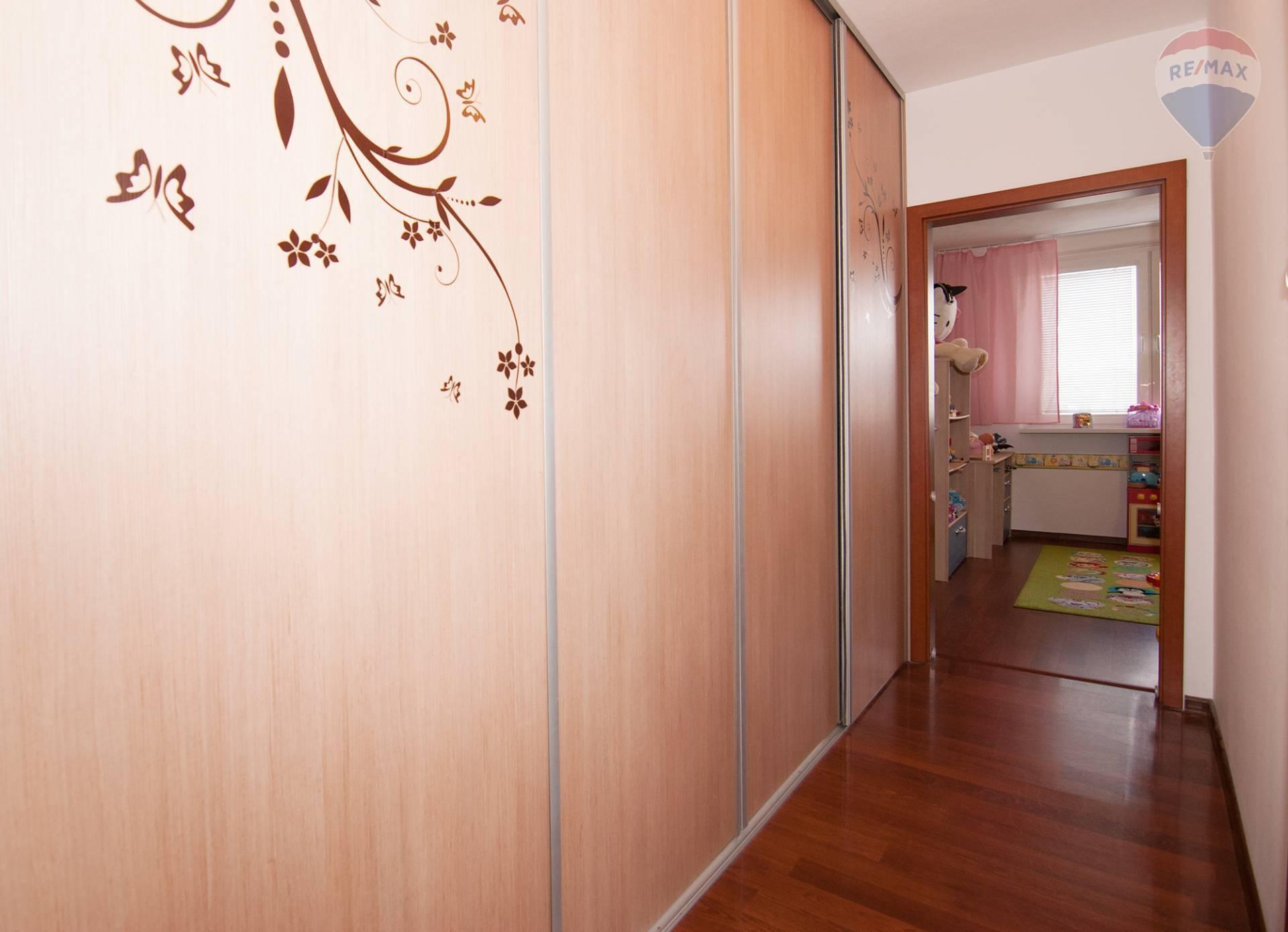 Predaj bytu (3 izbový) 70 m2, Bratislava - Podunajské Biskupice - chodba