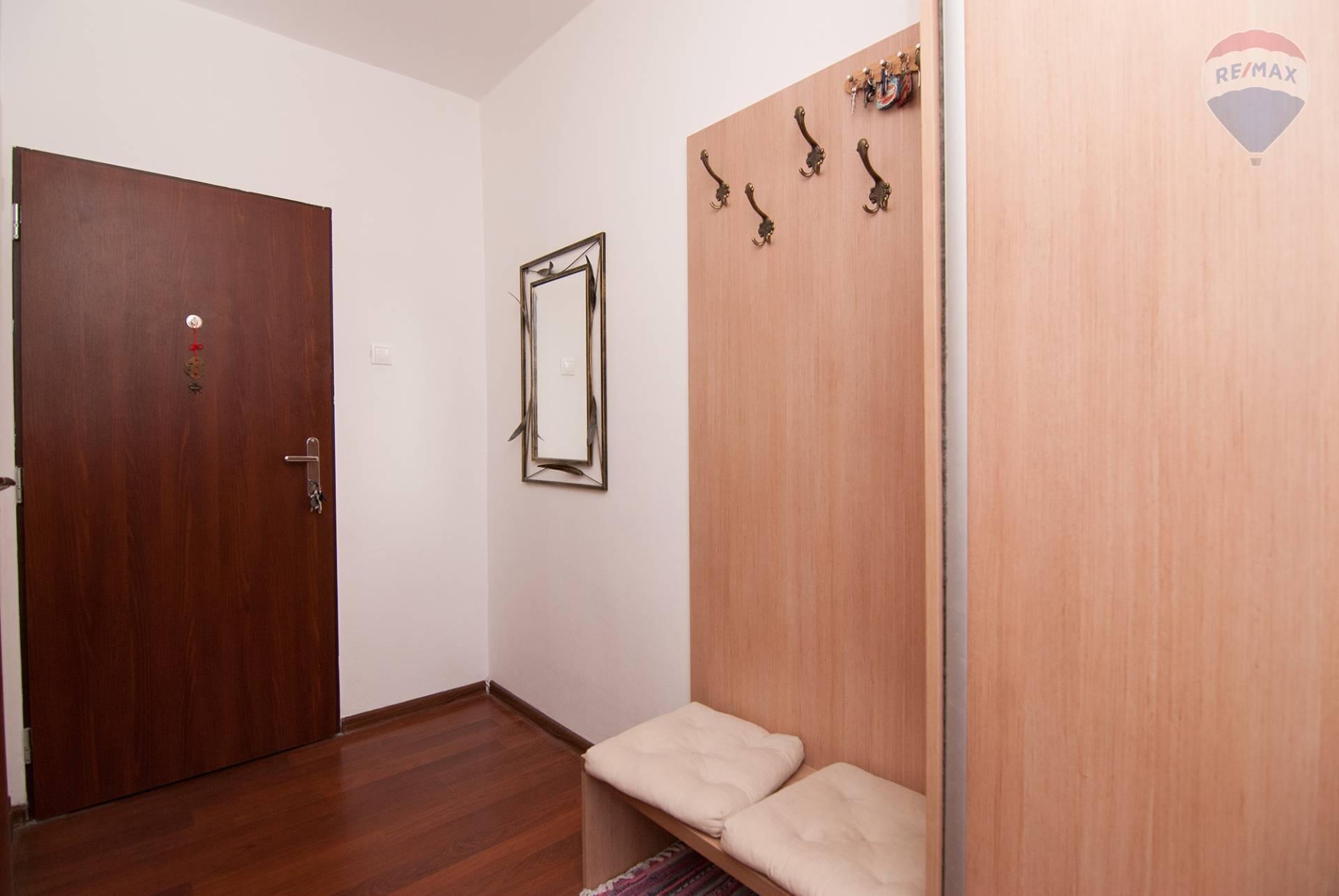 Predaj bytu (3 izbový) 70 m2, Bratislava - Podunajské Biskupice - vstupná hala