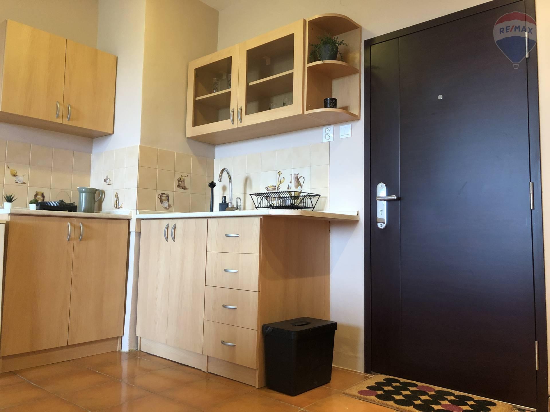 Predaj bytu (1 izbový) 40 m2, Bratislava - Vrakuňa - vstup + kuchyňa