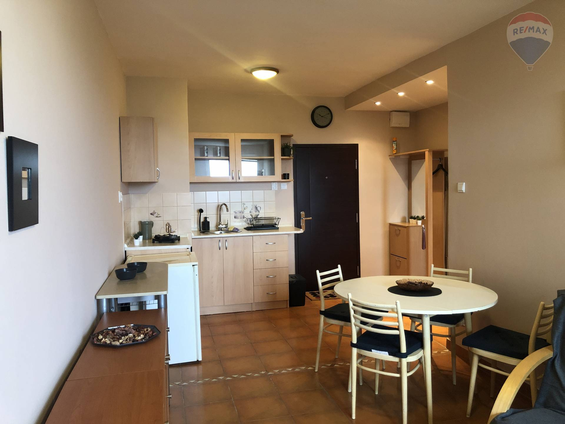 Predaj bytu (1 izbový) 40 m2, Bratislava - Vrakuňa - obývacia izba + kuchyňa