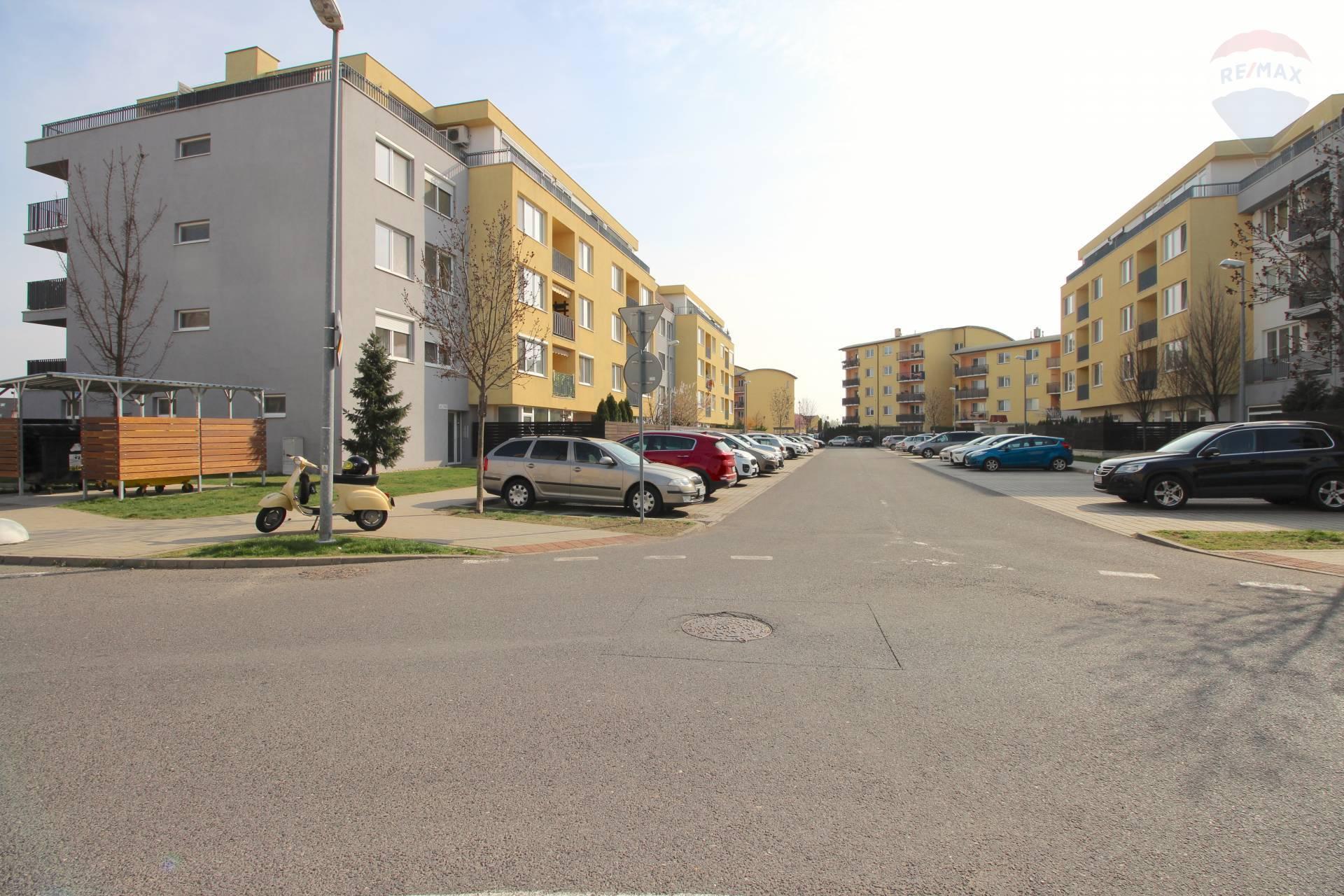NOVÁ CENA - Na predaj zariadený 3-izbový byt s parkovaním na Opletalovej ulici