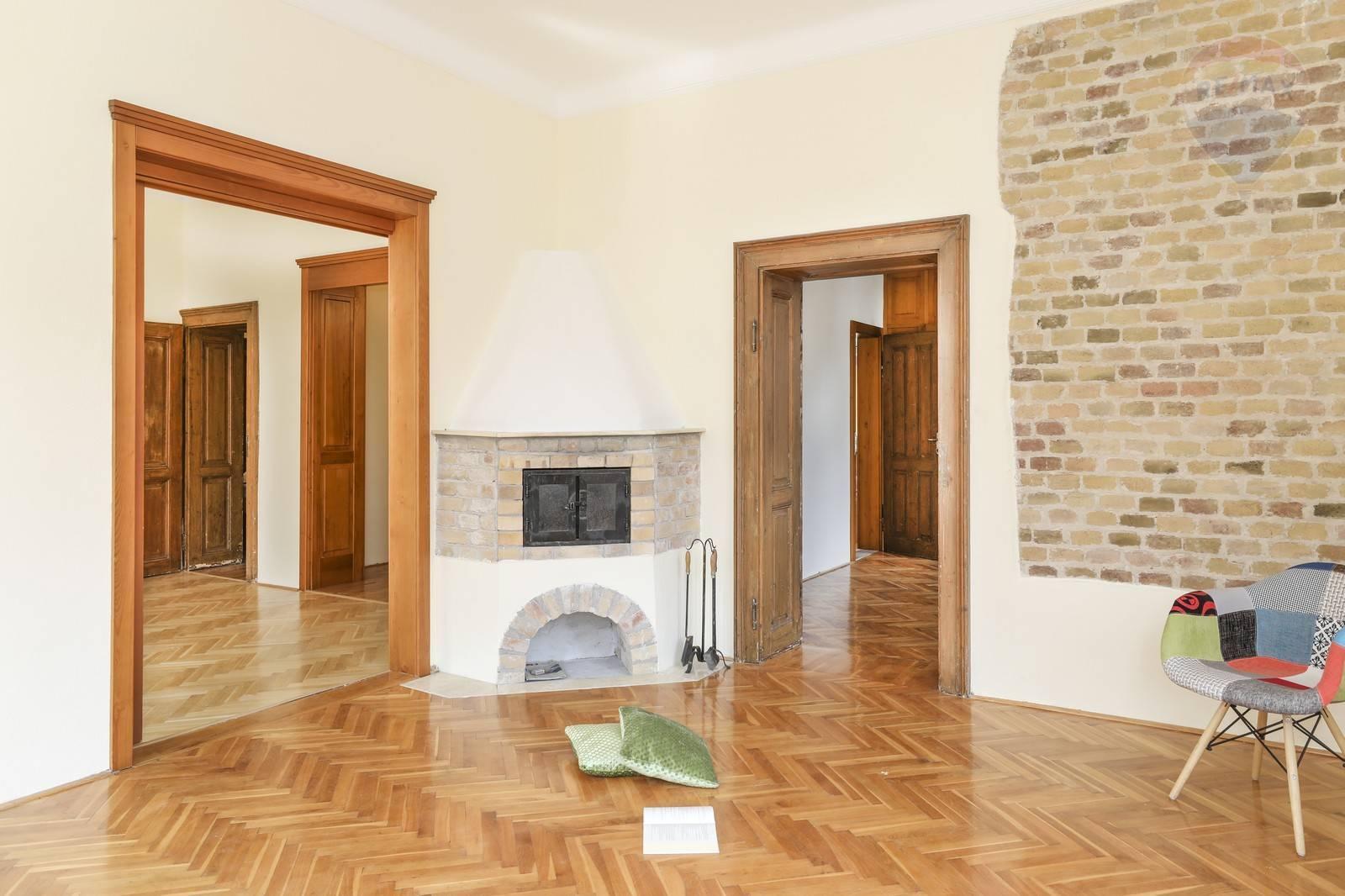 Výnimočný 3-izbový byt s vysokými stropmi v historickom centre