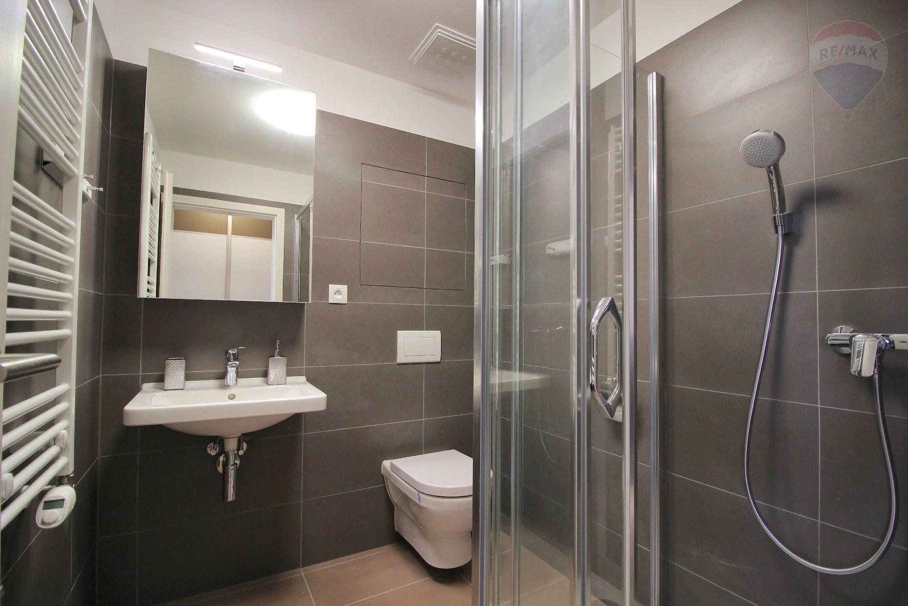 Prenájom bytu (2 izbový) 39 m2, Bratislava - Devínska Nová Ves - ŠTÝLOVÝ A MODERNÝ BYT V NOVOSTAVBE - EŠTE NEOBÝVANÝ - ZARIADENÝ - Bory Bývanie - Top ponuka - Kúpeľňa