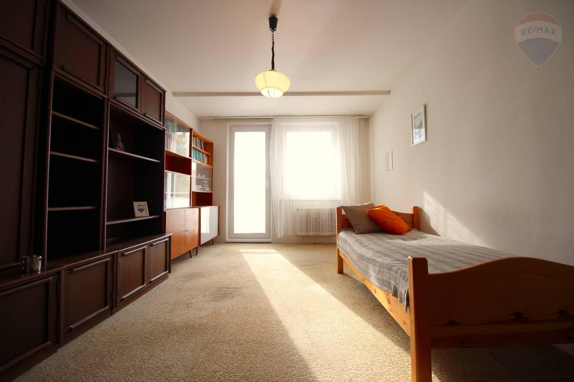 RE/MAX ponúka exkluzívne na predaj veľký 3 izbový byt na Vilovej ulici. Možné prerobiť na 4 izbový.