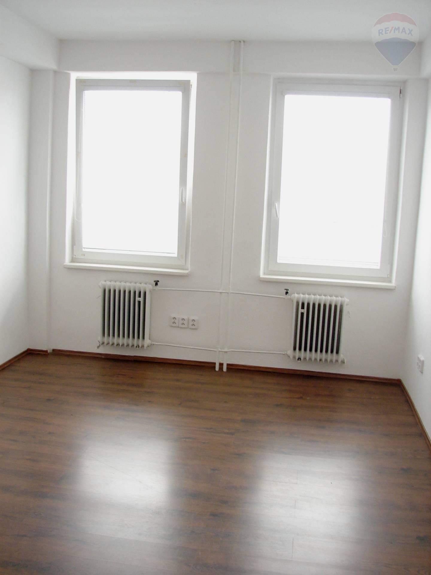 PRENÁJOM: kancelárie 32 m2, Ružinov, parkovacie miesto v cene
