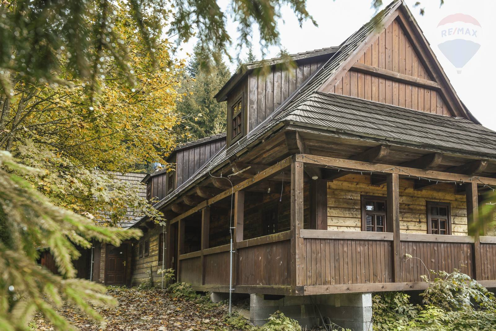 7 izbová štýlová drevenica s dvoma bytovými jednotkami