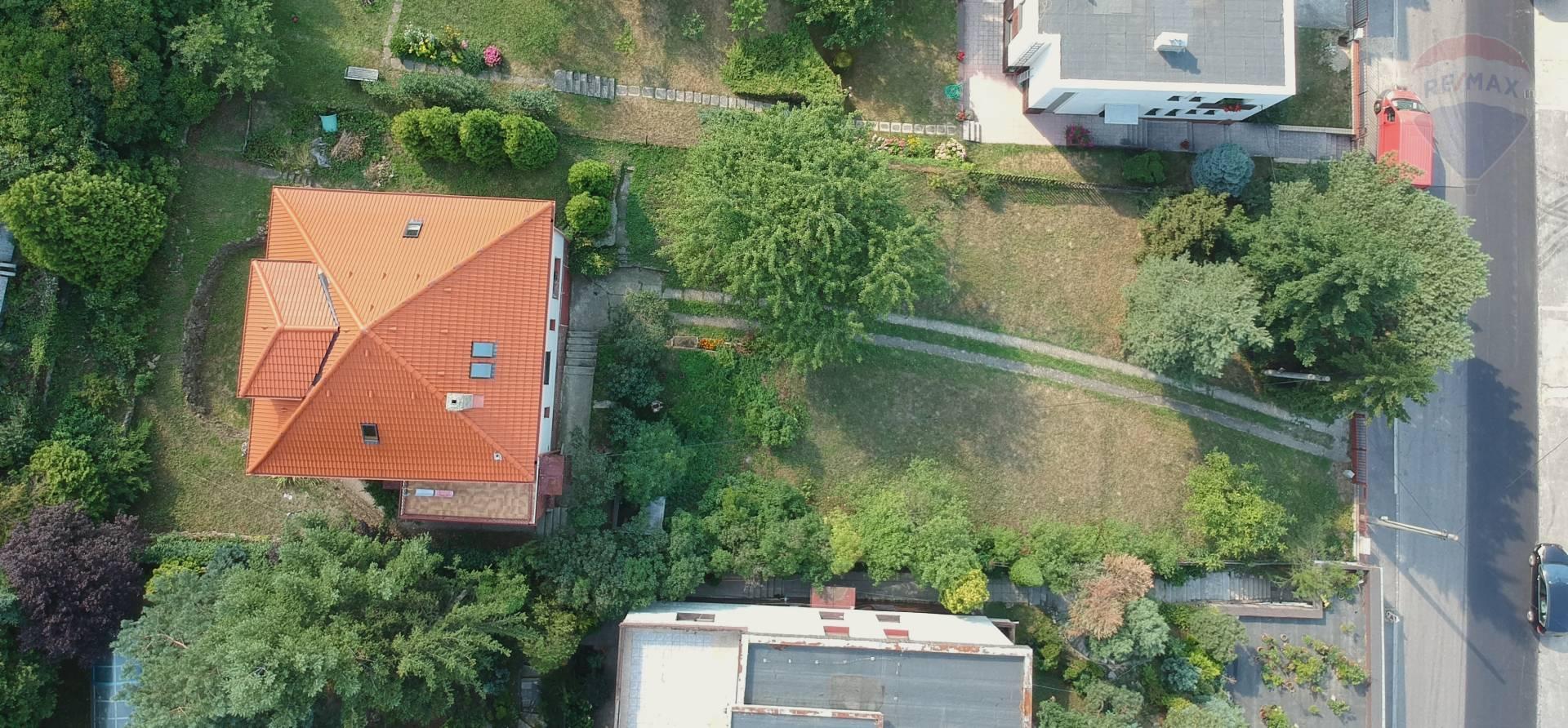 Na predaj stavebný pozemok s úžasným výhľadom so starším rodinným domom