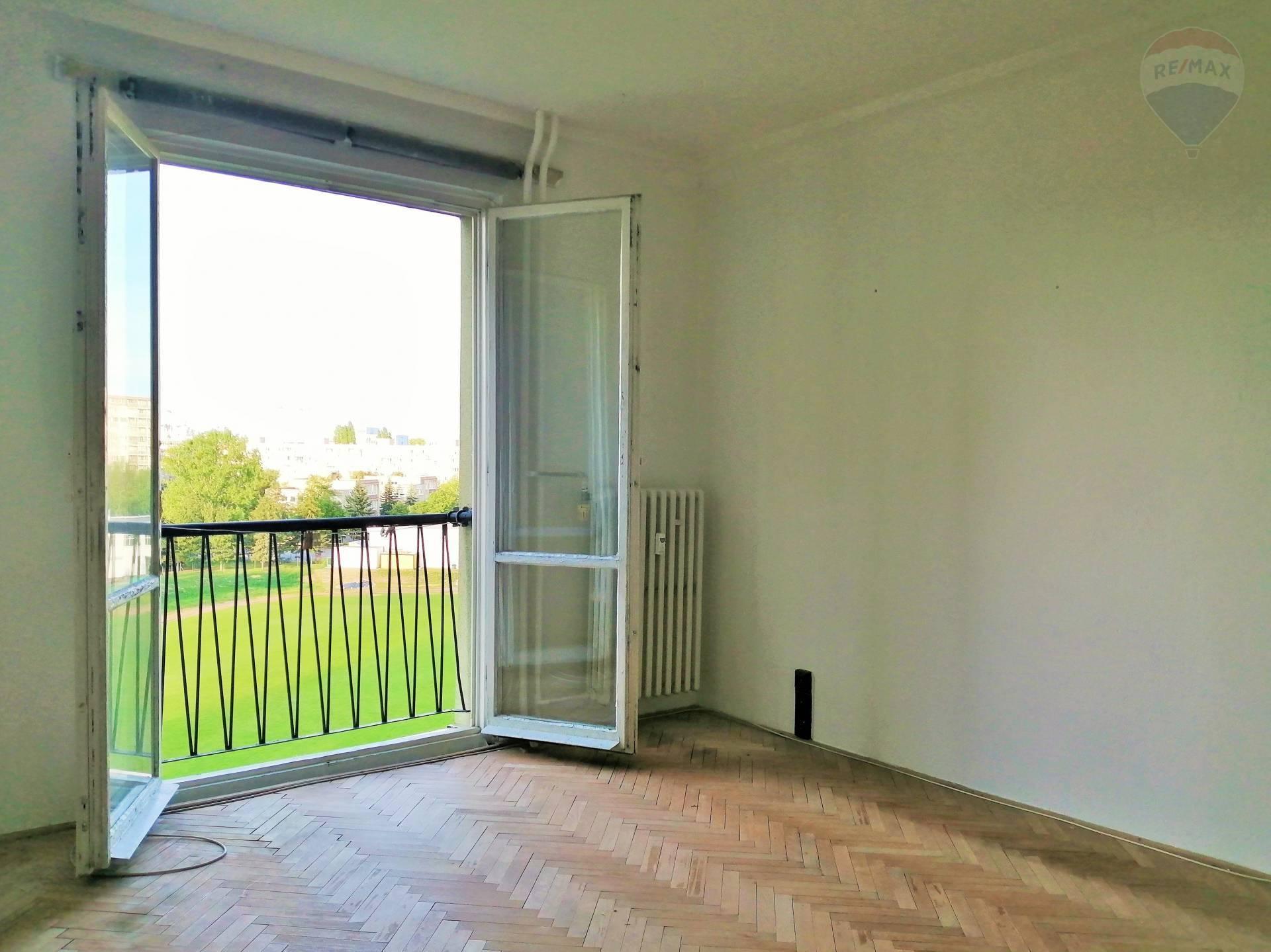 1,5 izbový byt na predaj v pôvodnom stave s francúzskym balkónom pri Štrkoveckom jazere