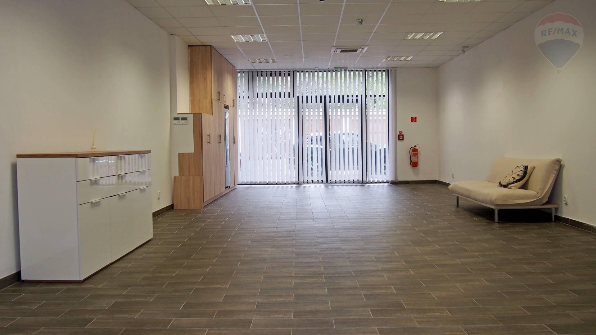 PRENÁJOM - Obchodný priestor s výkladom pri OC Central, Žellova ul., Bratislava II