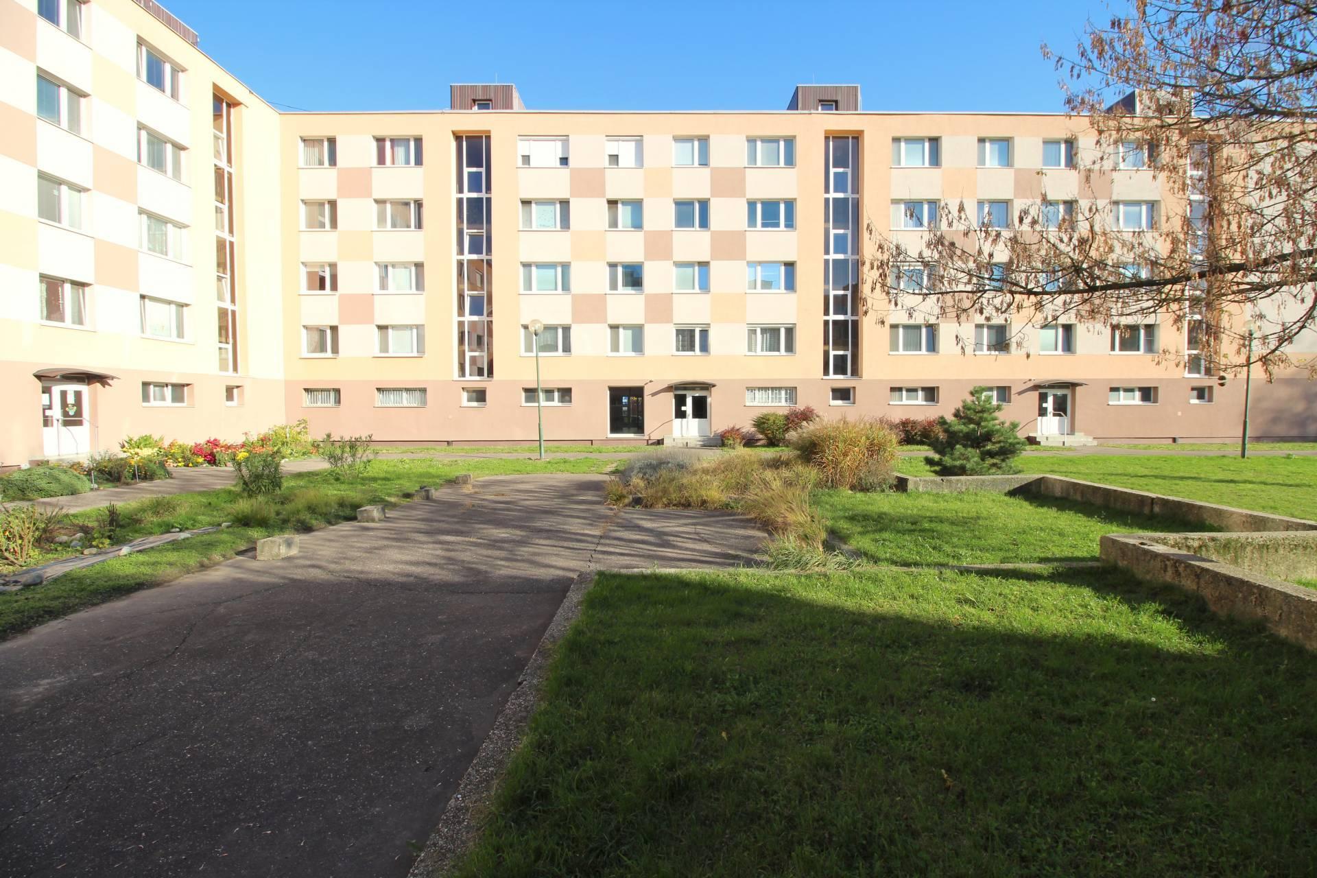 RE/MAX ponúka exkluzívne na predaj 4 izbový byt v Petržalke na Ambroseho ulici.