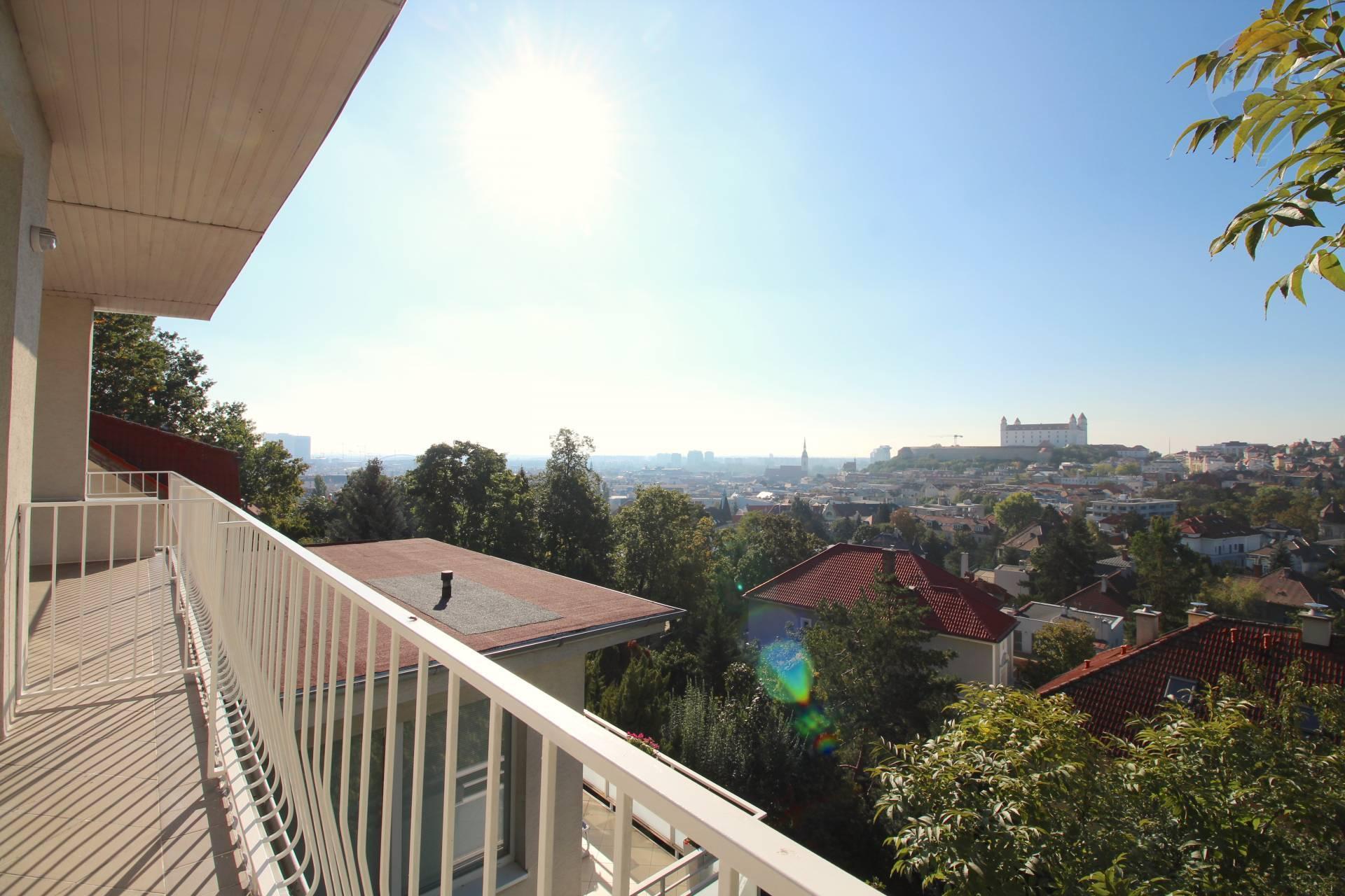 Prenájom 4 izbového bytu na VIP adrese s výhľadom na hrad