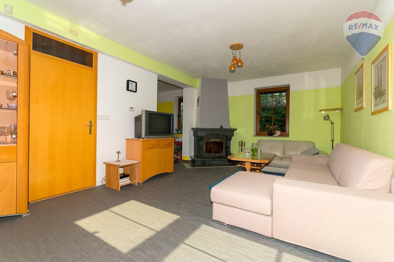 Predaj domu 136 m2, Liptovský Mikuláš - spoločenská miestnosť s krbom