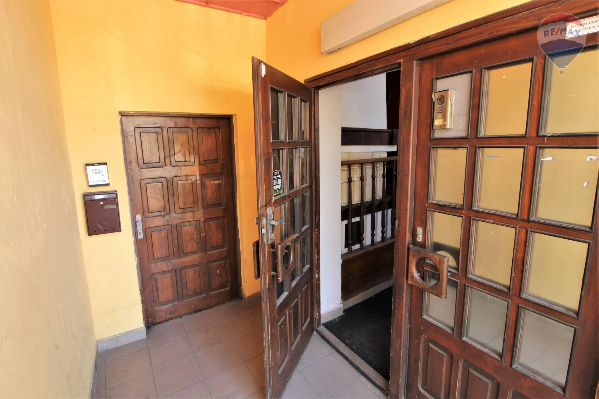 Predaj komerčného objektu 117 m2, Liptovský Mikuláš - Vstup do domu z ulice