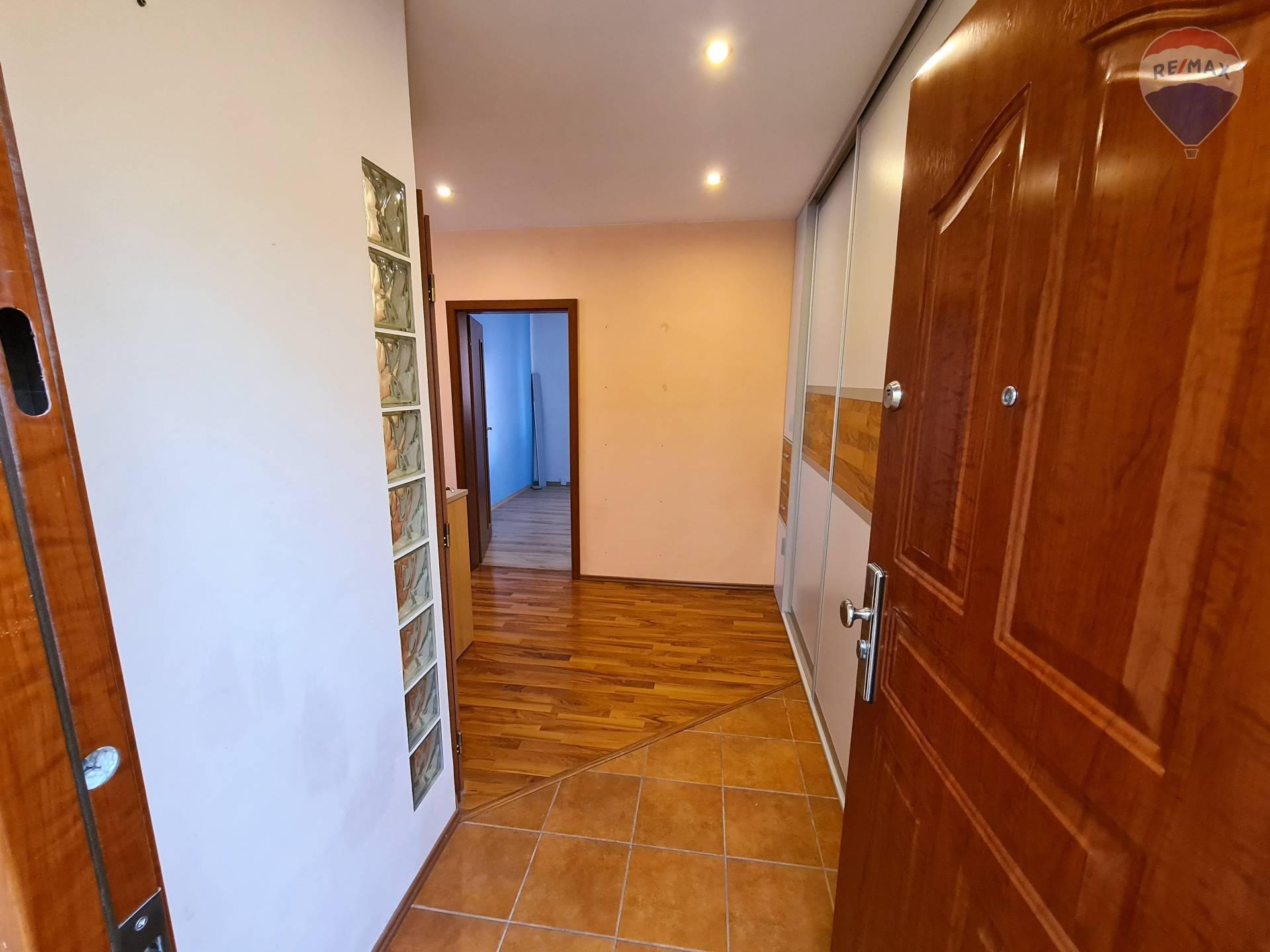 Predaj bytu (3 izbový) 77 m2, Liptovský Mikuláš - vstup do bytu