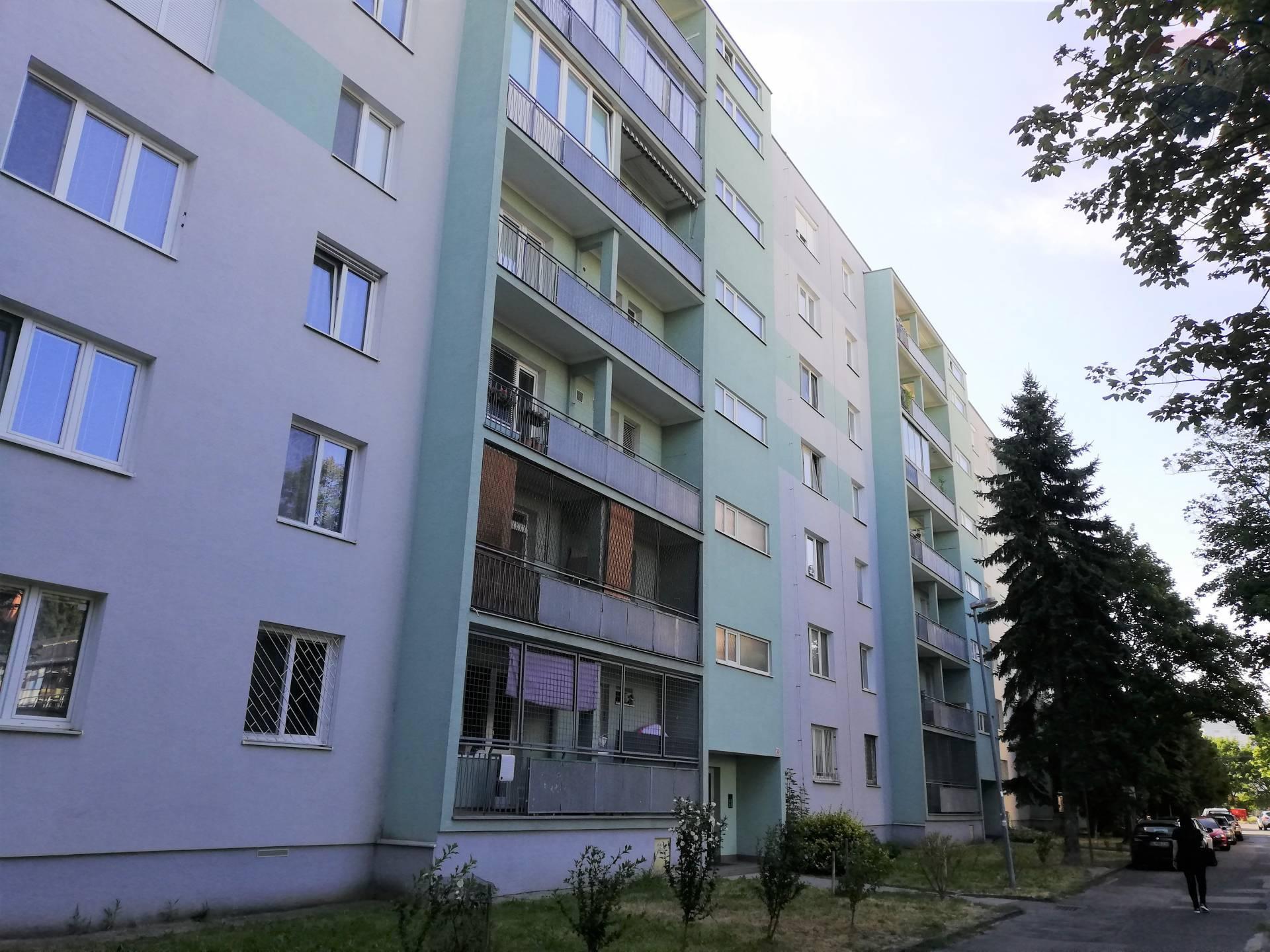Na predaj veľký 3izbový byt (75m2) v tichej časti mesta Bratislava - Ružinov