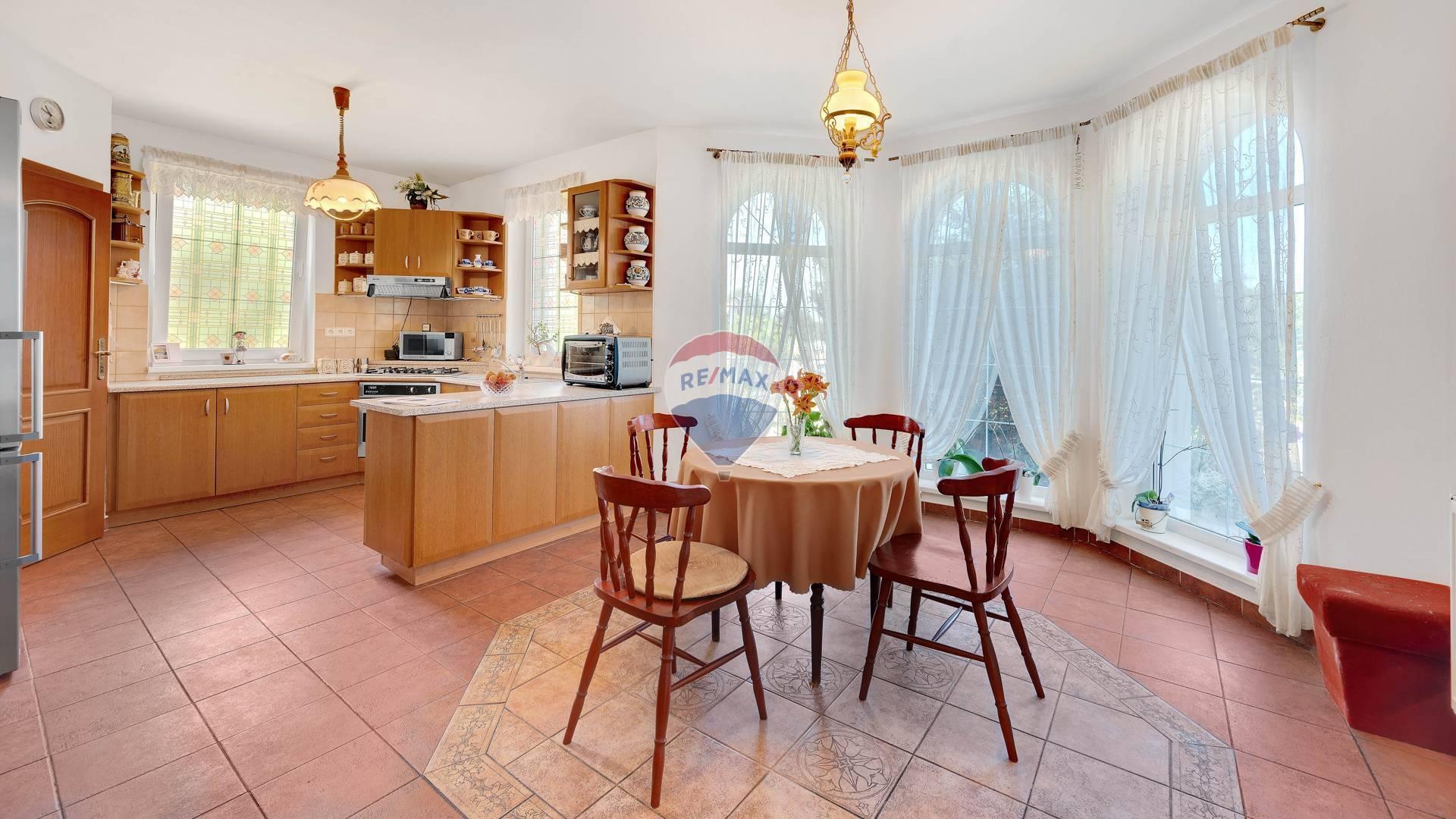 Na predaj : Dvojgeneračny rodinny dom vo Štvrtku na ostrove s jazierkom