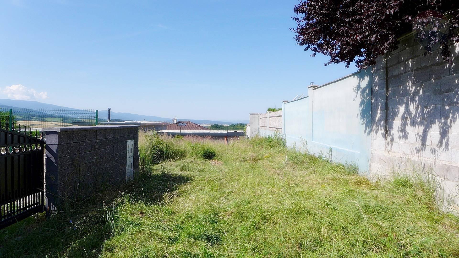 REZERVOVANÉ  Stavebný pozemok 1150 m2 sídlisko sever Na Karasiny PRIEVIDZA