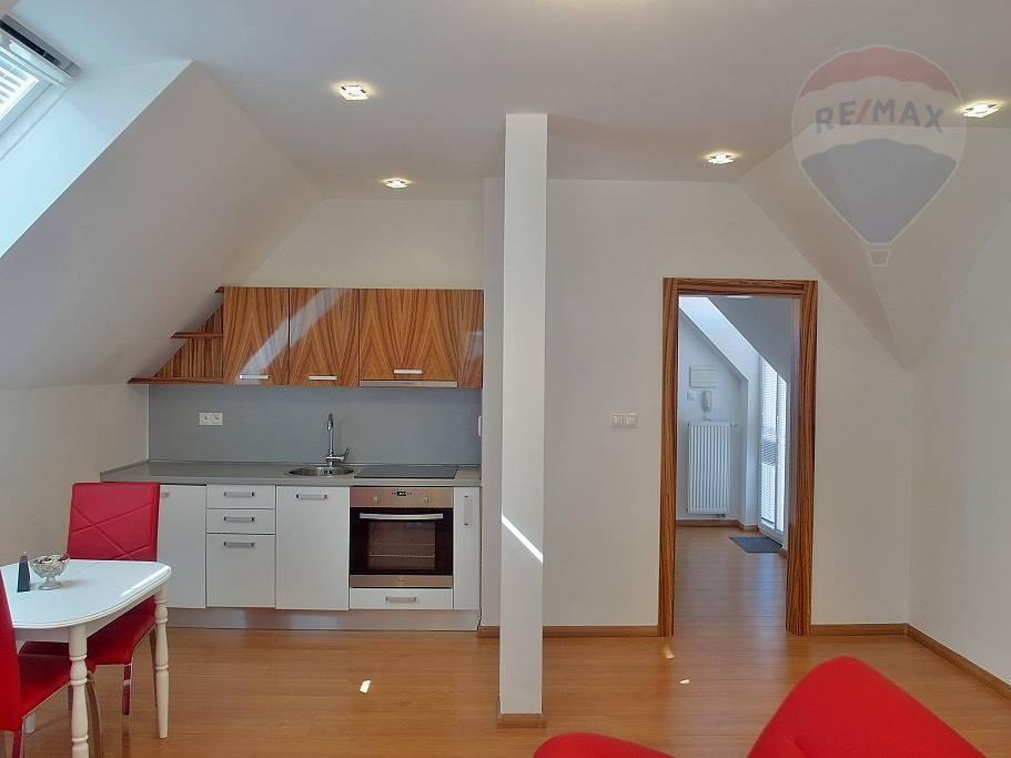 PRENÁJOM -2- izb. zariadený byt s parkovaním a terasou  - lokalita Bojnice