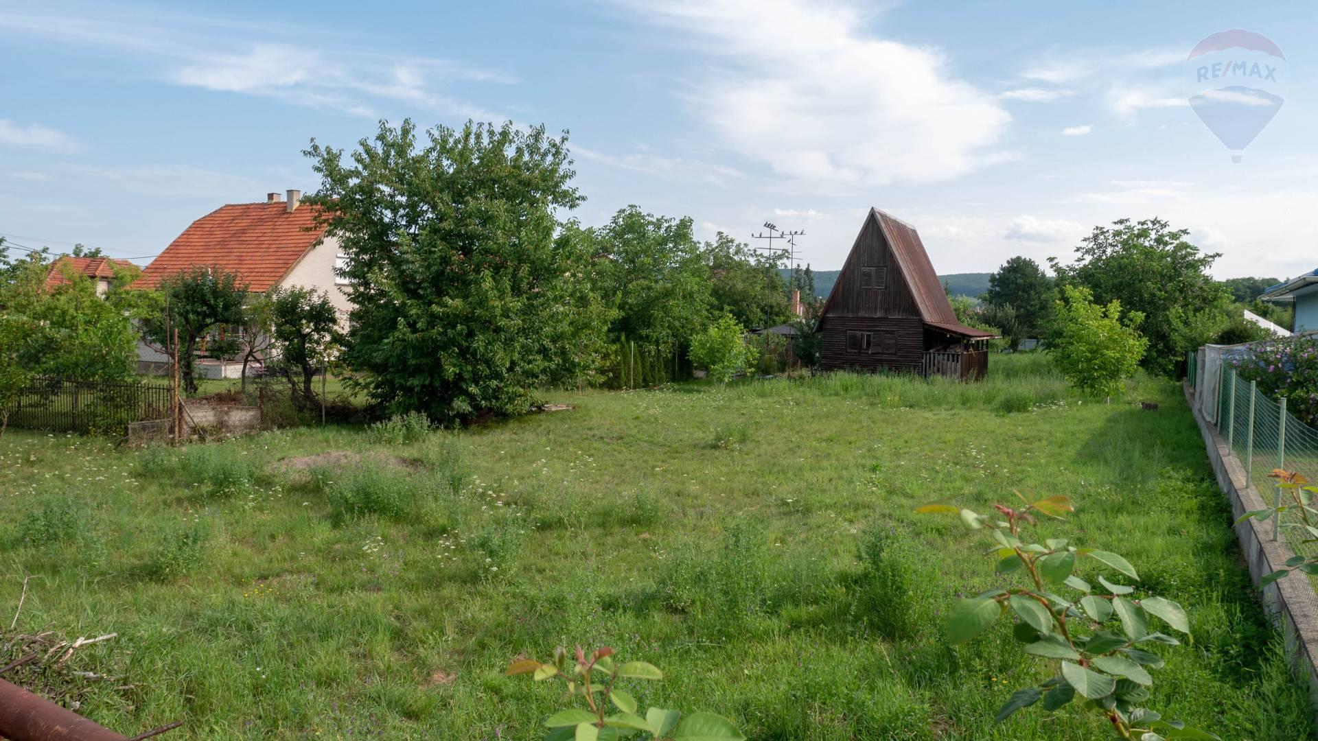 REZERVOVANĚ - Pozemok 2047 m2 - Kamenec pod Vtáčnikom Tichá lokalita